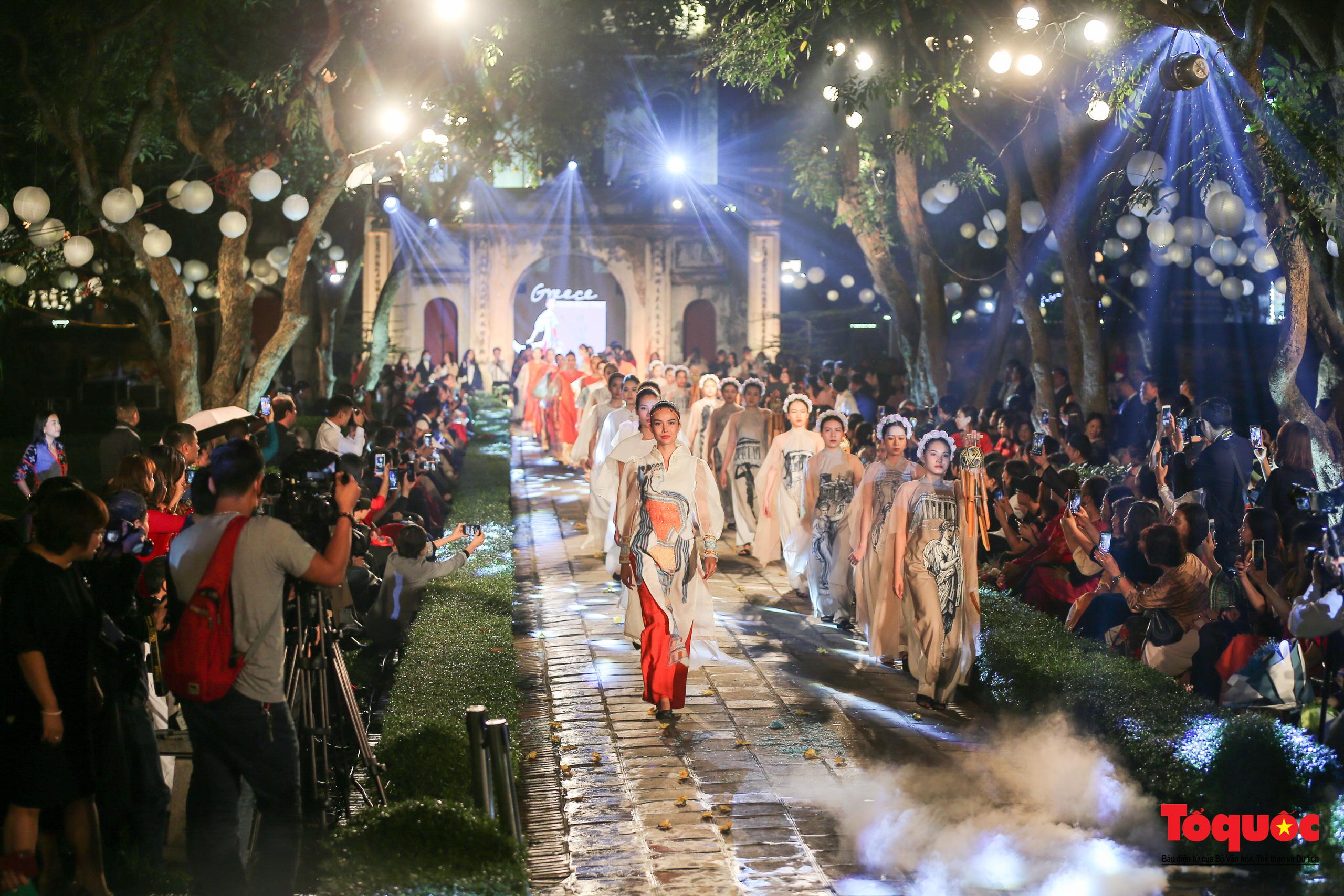 Áo dài truyền thống Việt Nam tỏa sáng tại Văn Miếu Quốc Tử Giám - Ảnh 19.