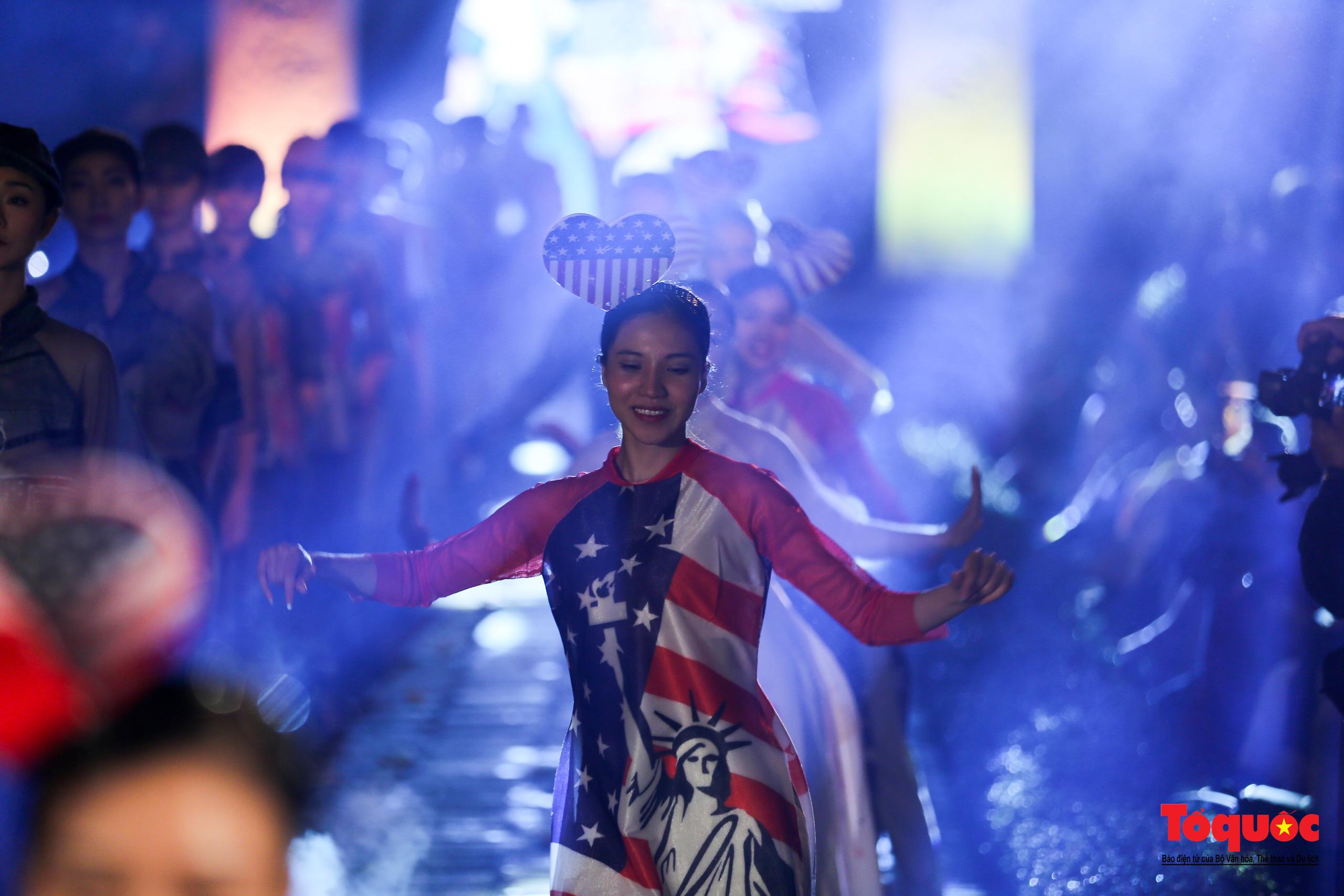 Áo dài truyền thống Việt Nam tỏa sáng tại Văn Miếu Quốc Tử Giám - Ảnh 14.
