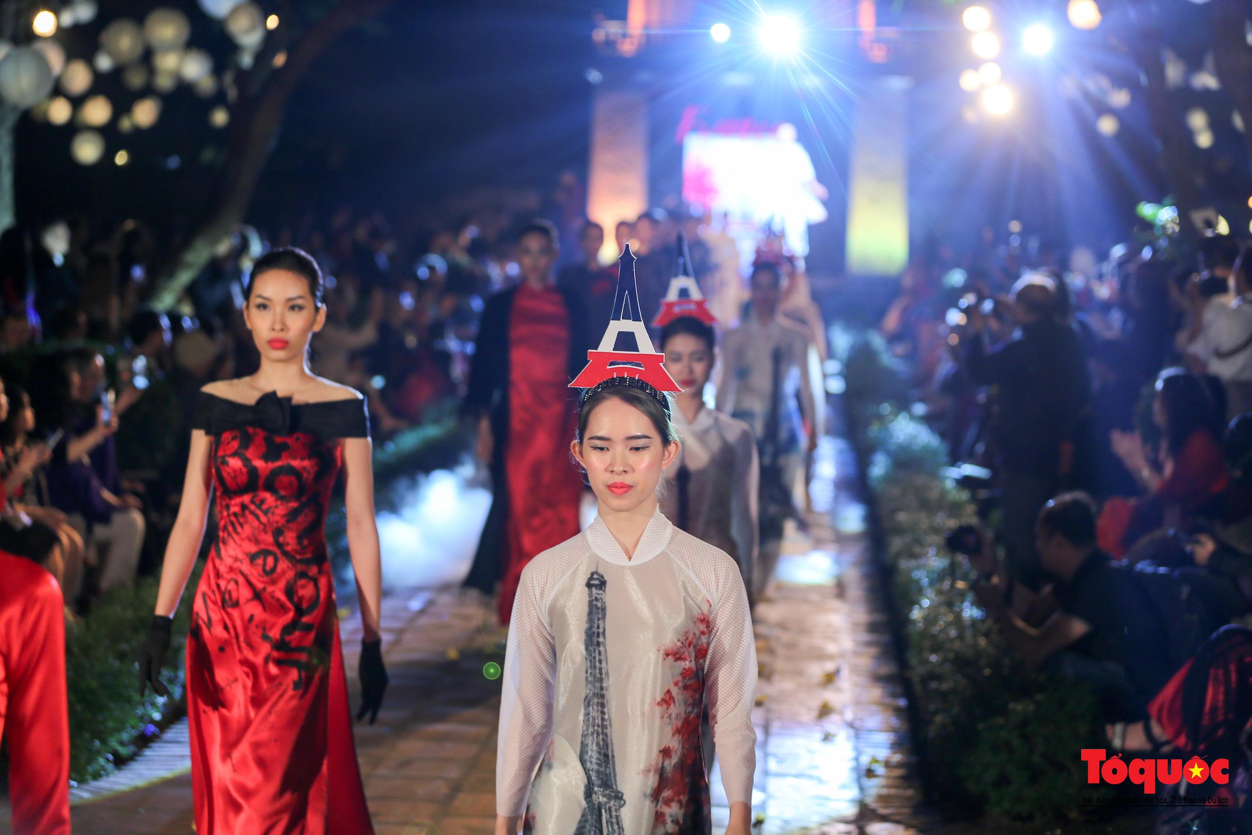 Áo dài truyền thống Việt Nam tỏa sáng tại Văn Miếu Quốc Tử Giám - Ảnh 11.