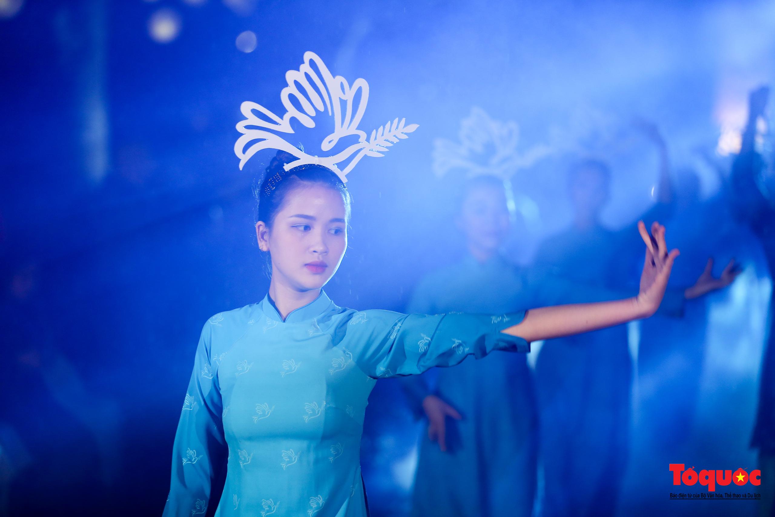 Áo dài truyền thống Việt Nam tỏa sáng tại Văn Miếu Quốc Tử Giám - Ảnh 5.