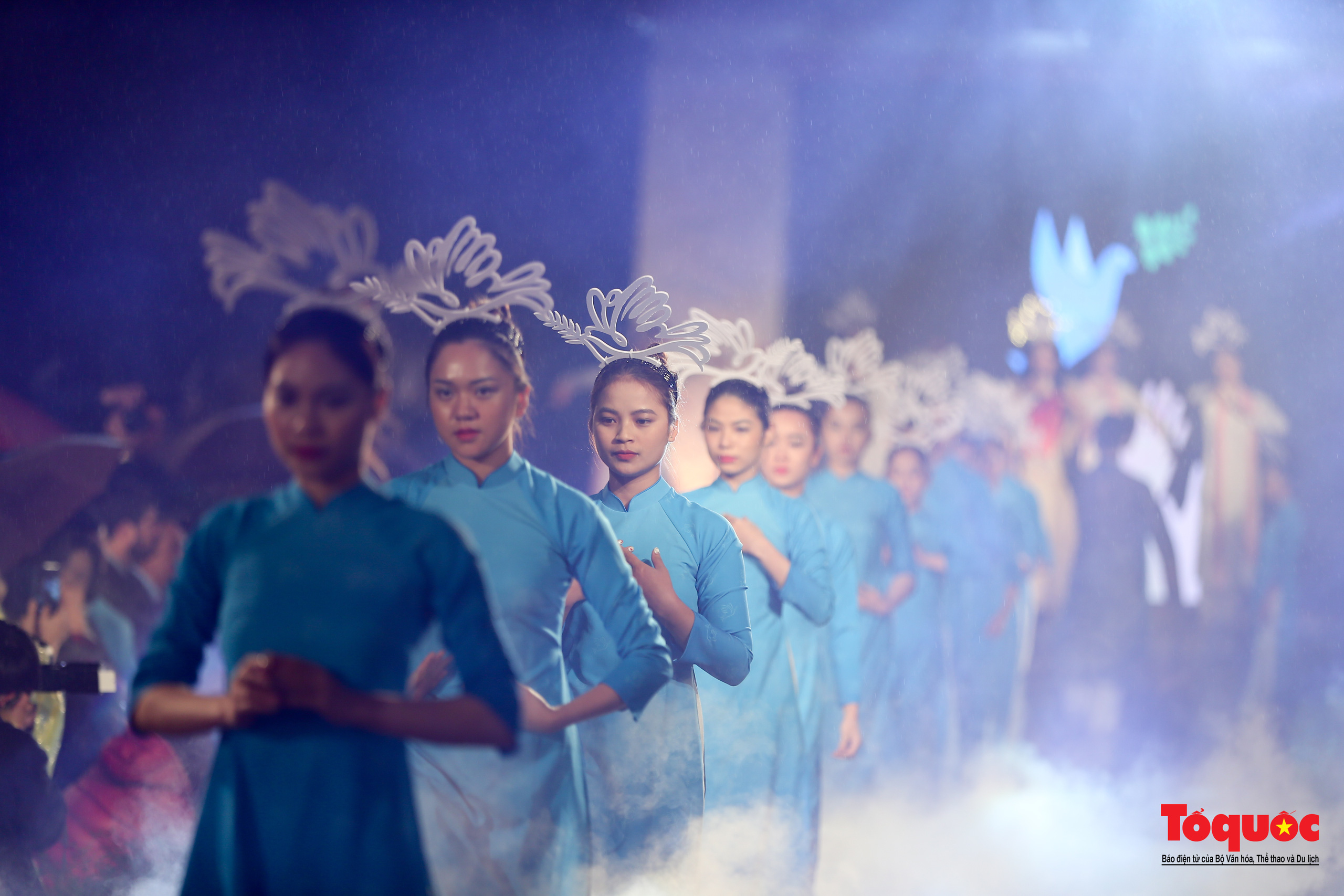 Áo dài truyền thống Việt Nam tỏa sáng tại Văn Miếu Quốc Tử Giám - Ảnh 2.