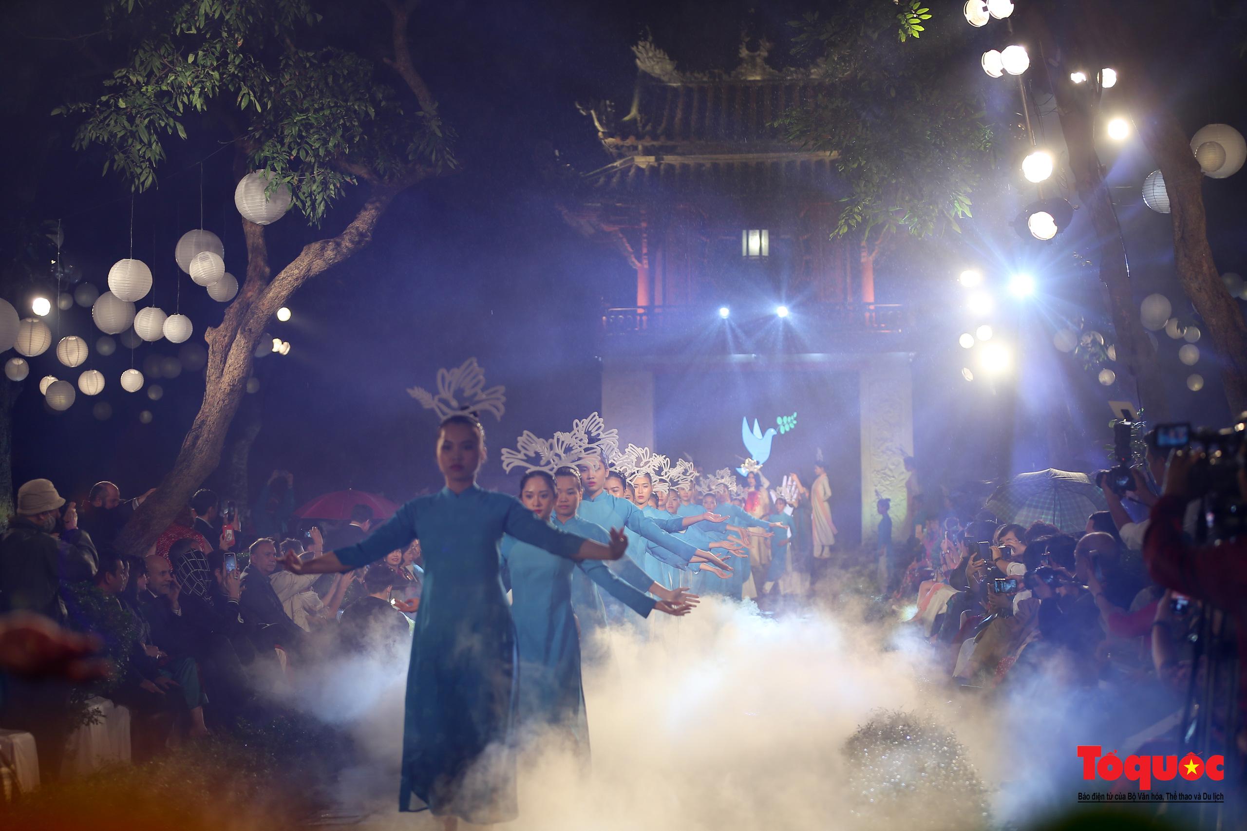Áo dài truyền thống Việt Nam tỏa sáng tại Văn Miếu Quốc Tử Giám - Ảnh 1.