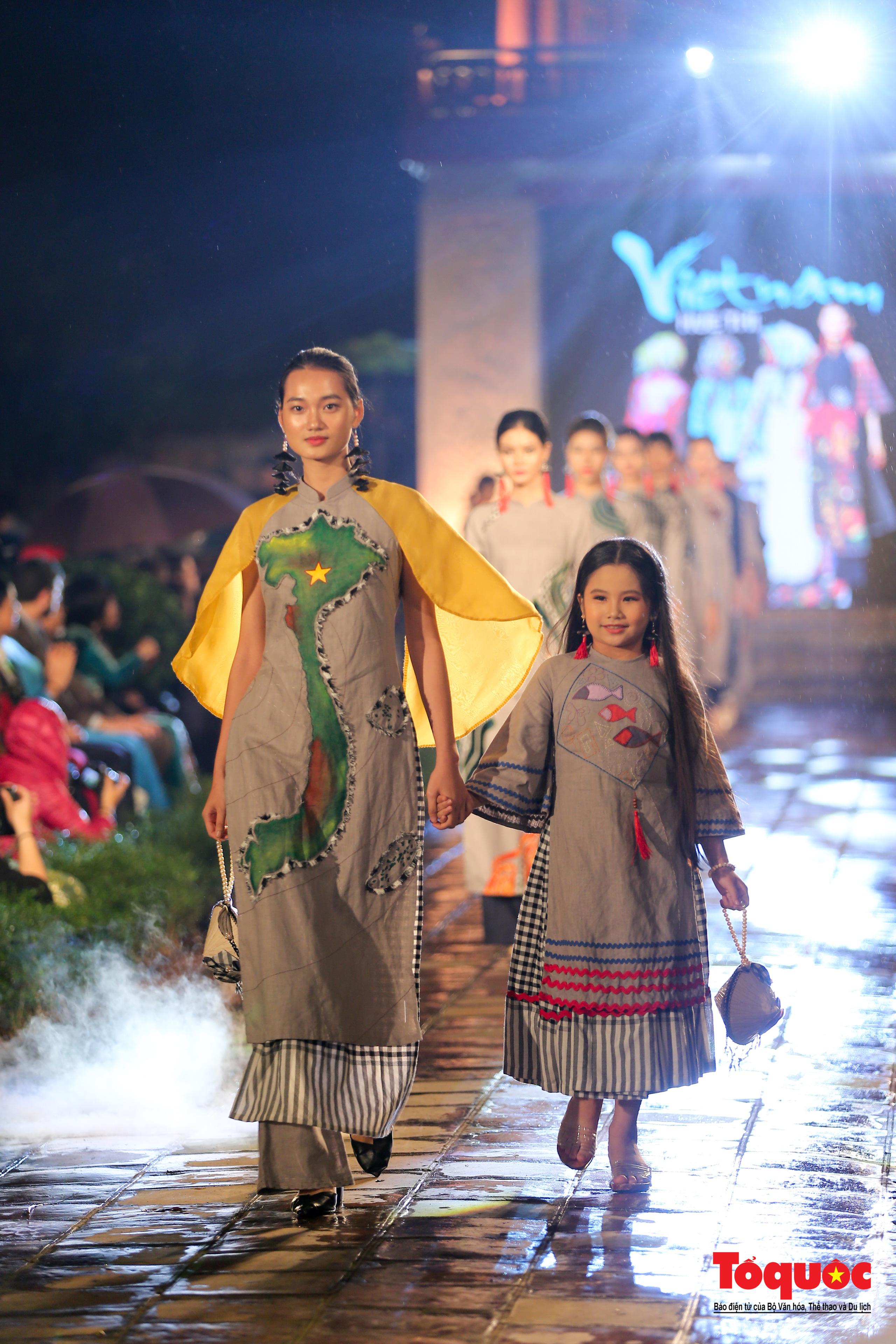 Áo dài truyền thống Việt Nam tỏa sáng tại Văn Miếu Quốc Tử Giám - Ảnh 7.
