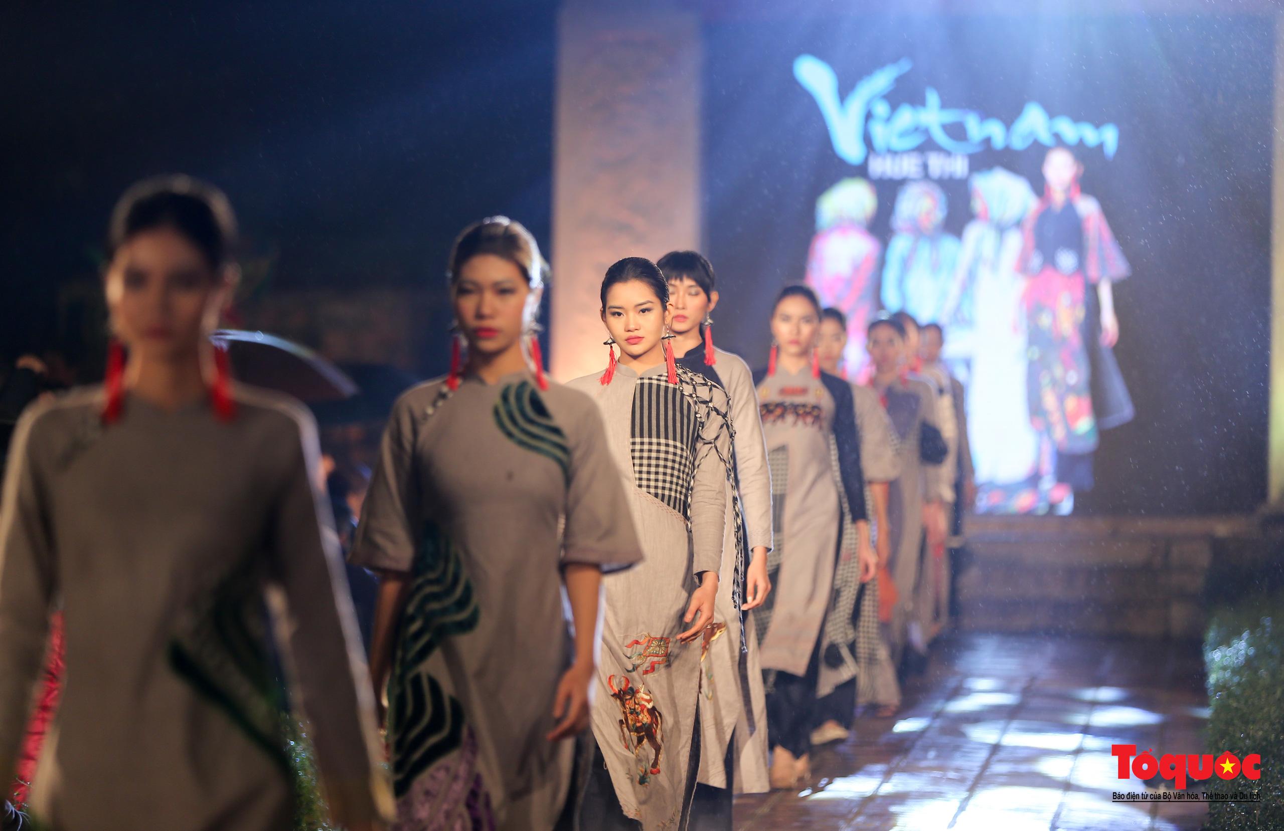 Áo dài truyền thống Việt Nam tỏa sáng tại Văn Miếu Quốc Tử Giám - Ảnh 6.