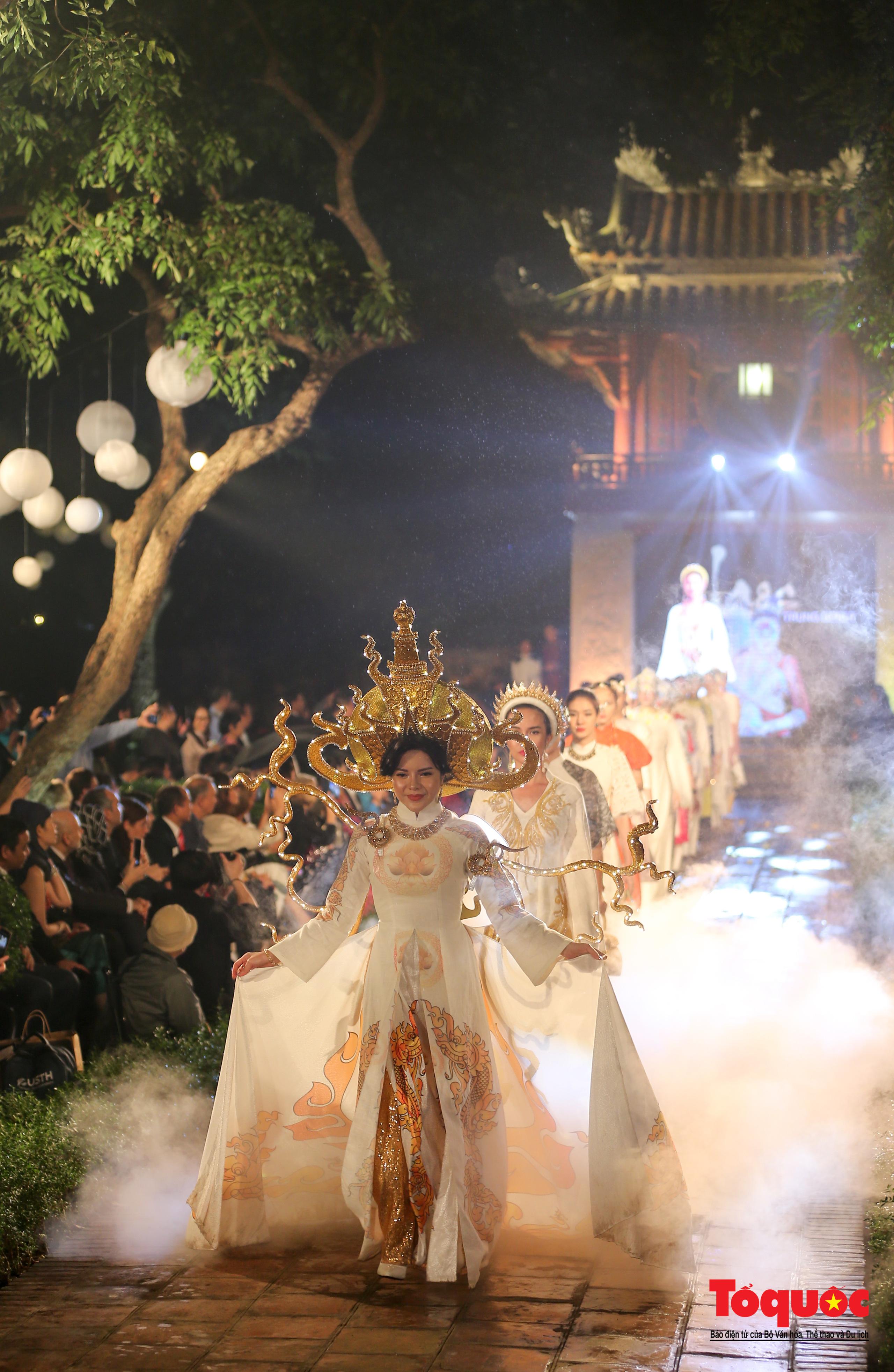 Áo dài truyền thống Việt Nam tỏa sáng tại Văn Miếu Quốc Tử Giám - Ảnh 13.