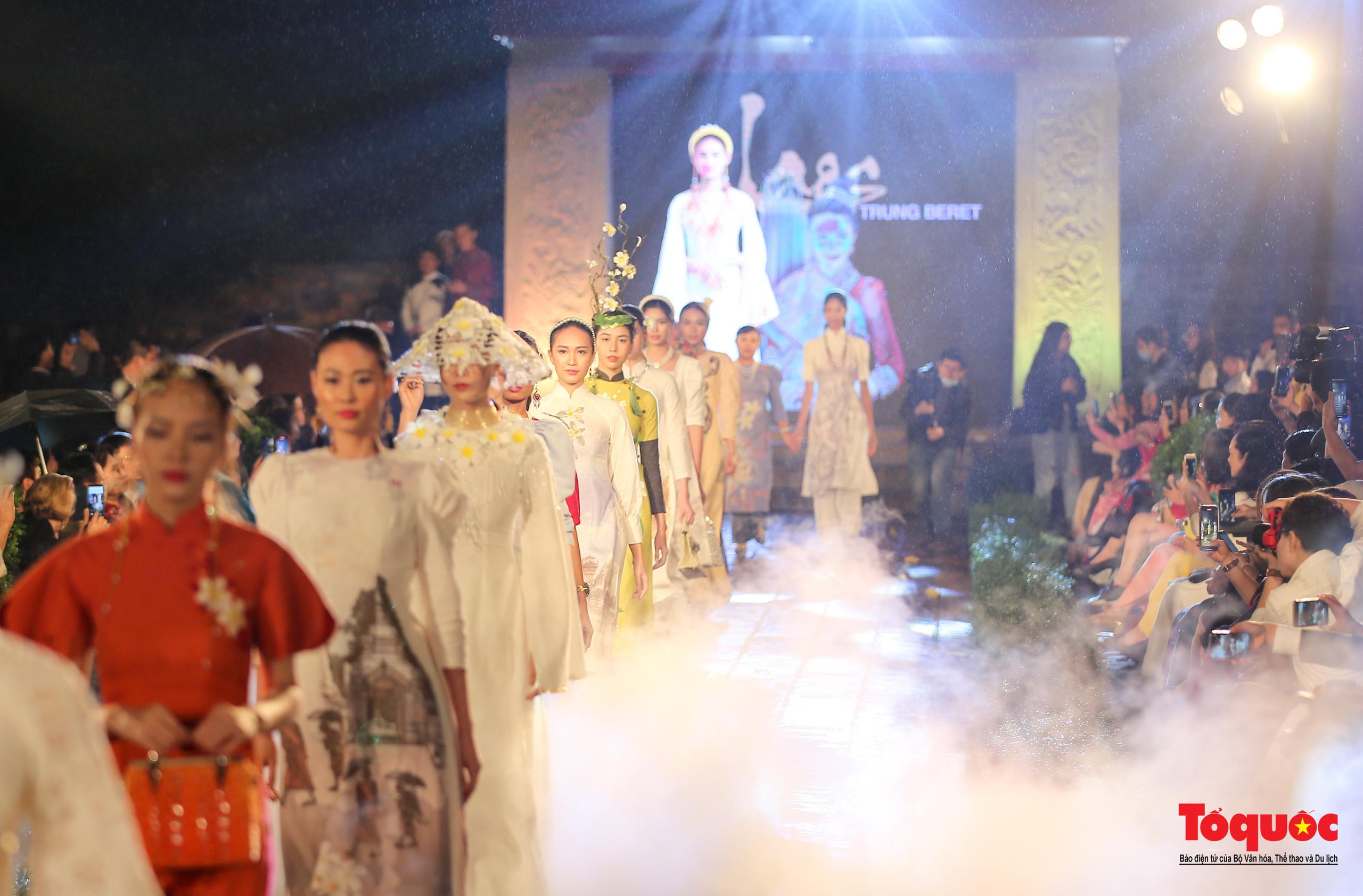 Áo dài truyền thống Việt Nam tỏa sáng tại Văn Miếu Quốc Tử Giám - Ảnh 8.
