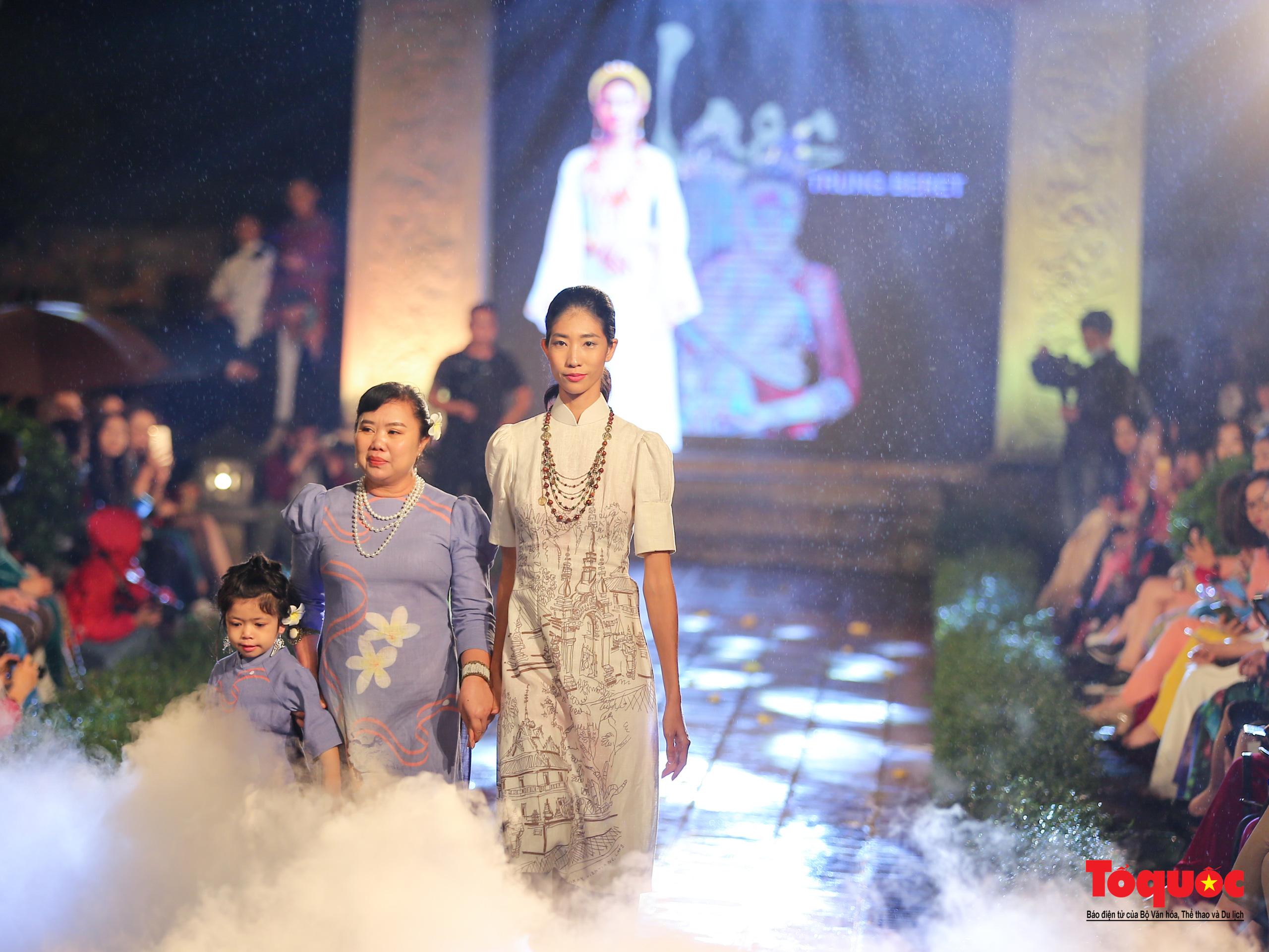 Áo dài truyền thống Việt Nam tỏa sáng tại Văn Miếu Quốc Tử Giám - Ảnh 10.