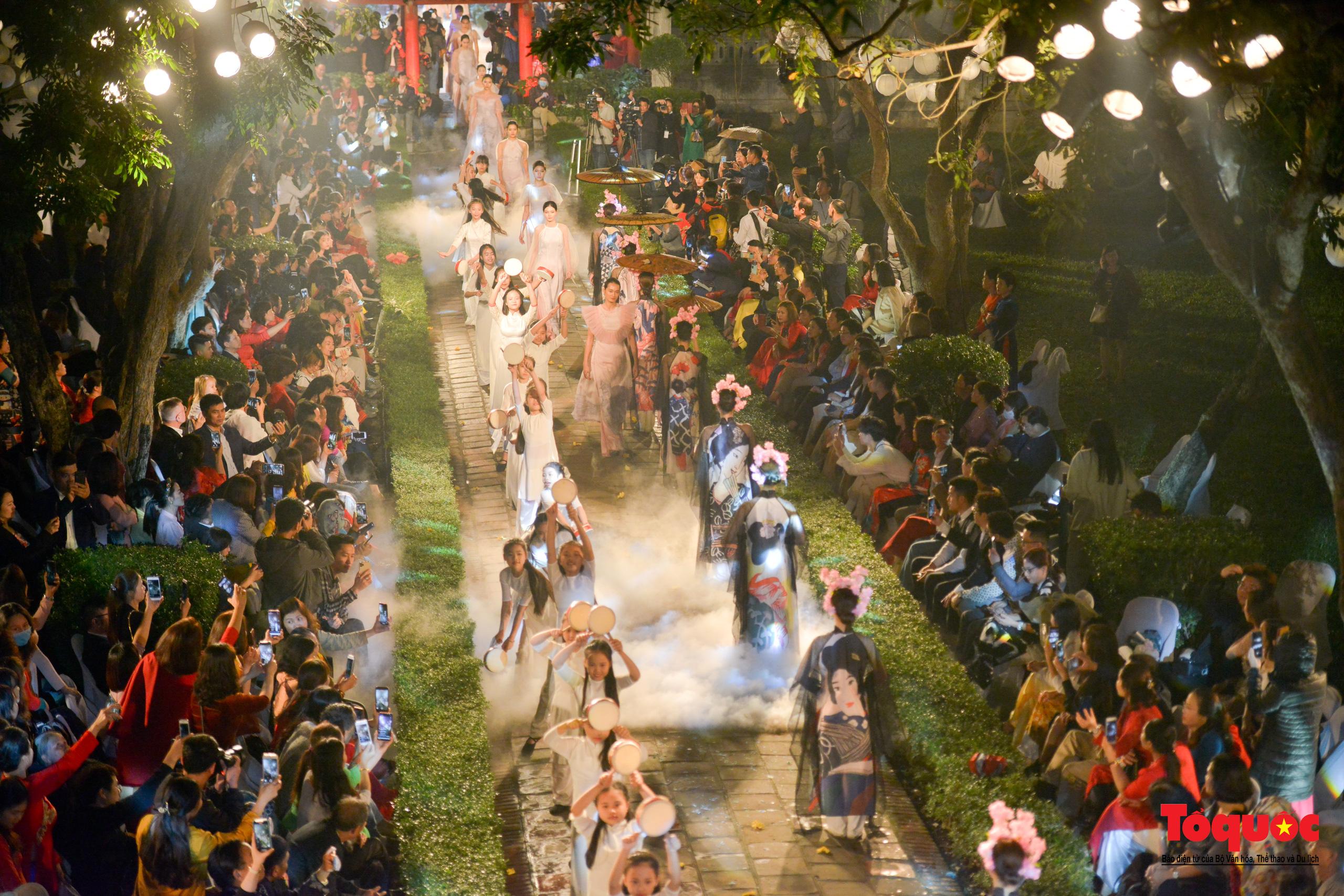 Áo dài truyền thống Việt Nam tỏa sáng tại Văn Miếu Quốc Tử Giám - Ảnh 25.
