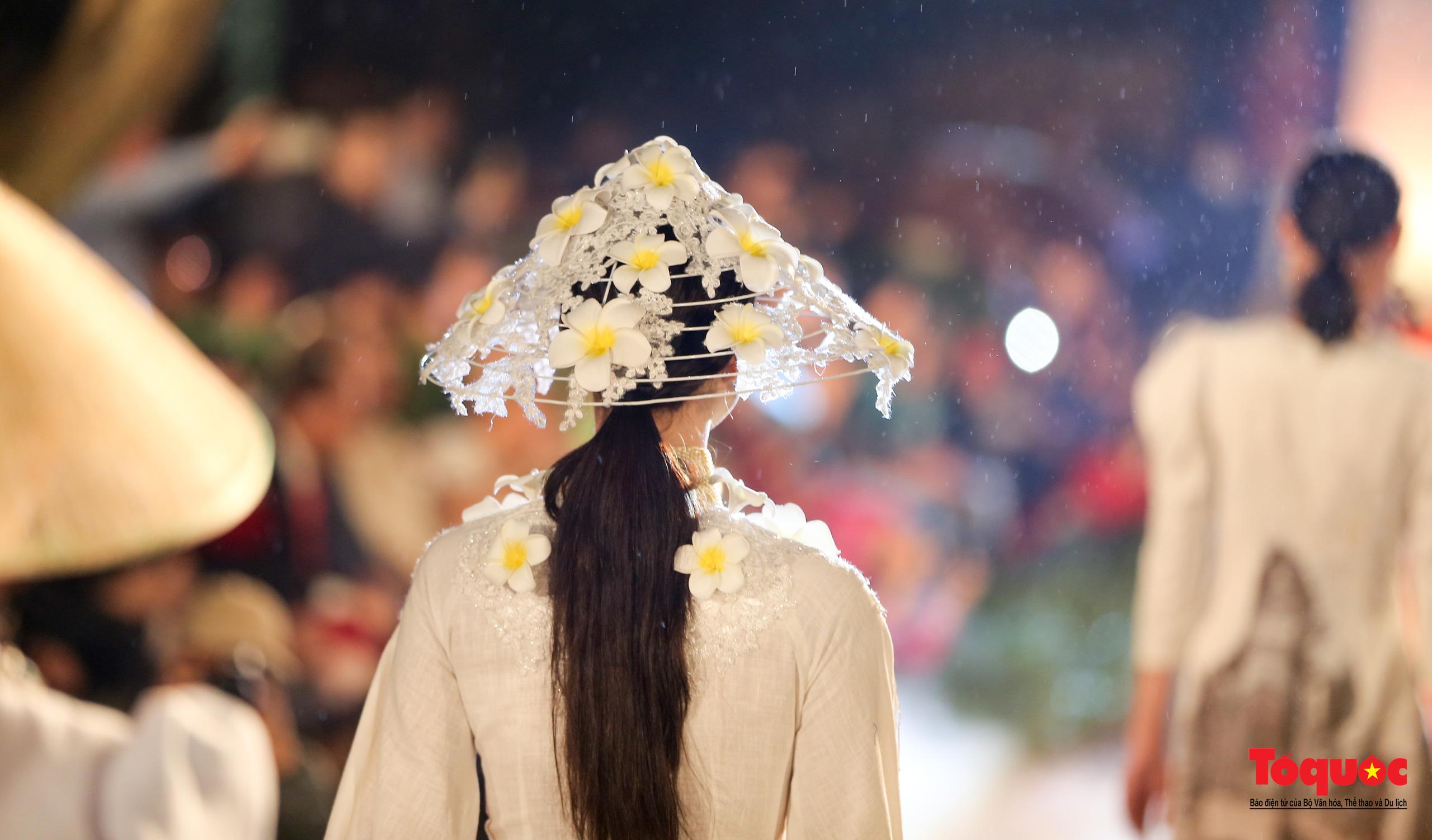 Áo dài truyền thống Việt Nam tỏa sáng tại Văn Miếu Quốc Tử Giám - Ảnh 9.