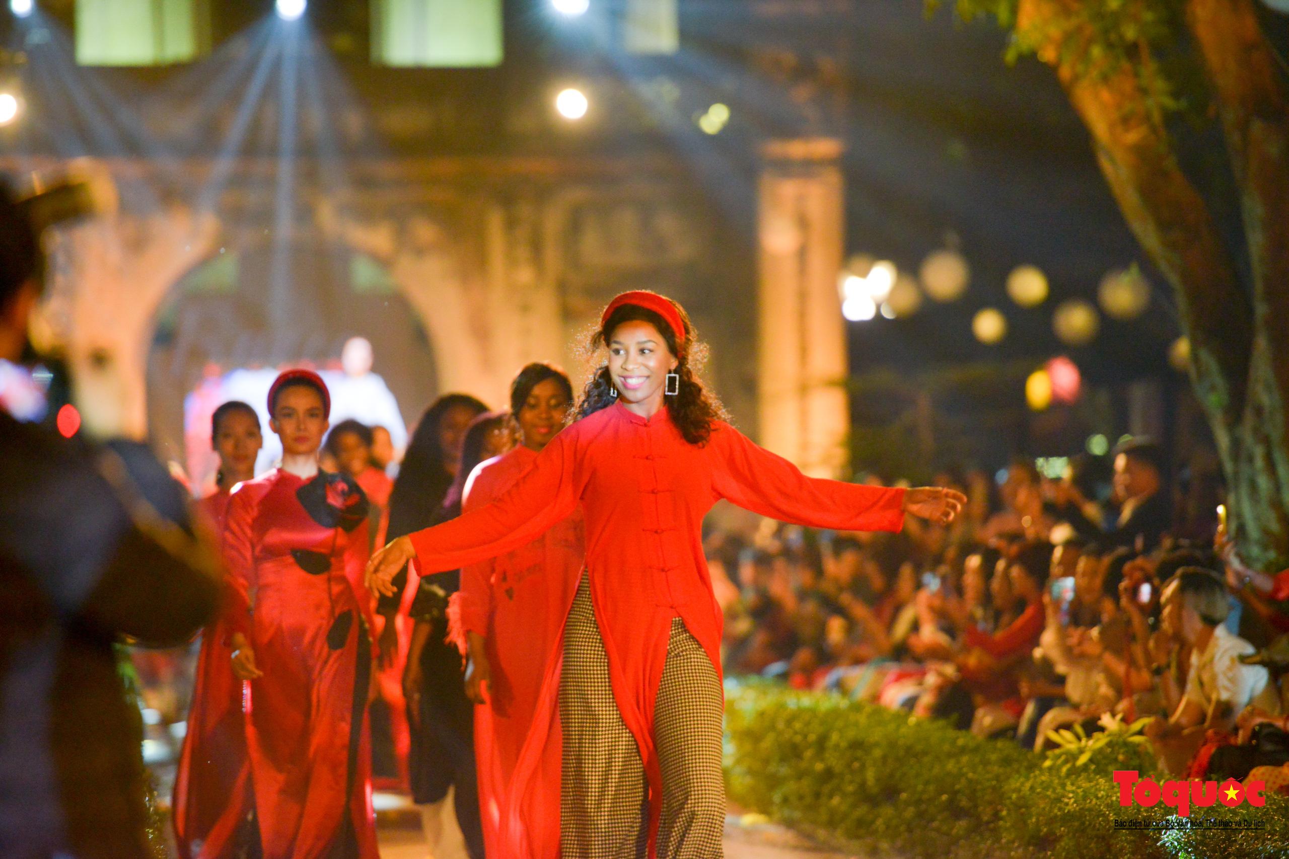 Áo dài truyền thống Việt Nam tỏa sáng tại Văn Miếu Quốc Tử Giám - Ảnh 15.