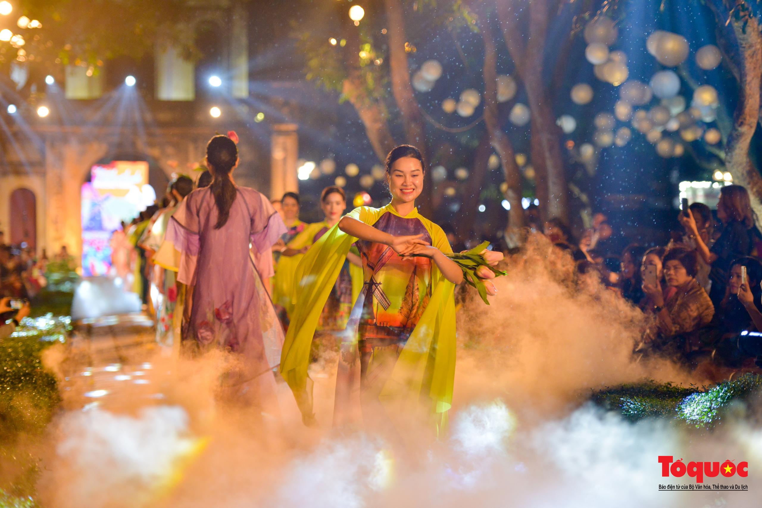 Áo dài truyền thống Việt Nam tỏa sáng tại Văn Miếu Quốc Tử Giám - Ảnh 27.