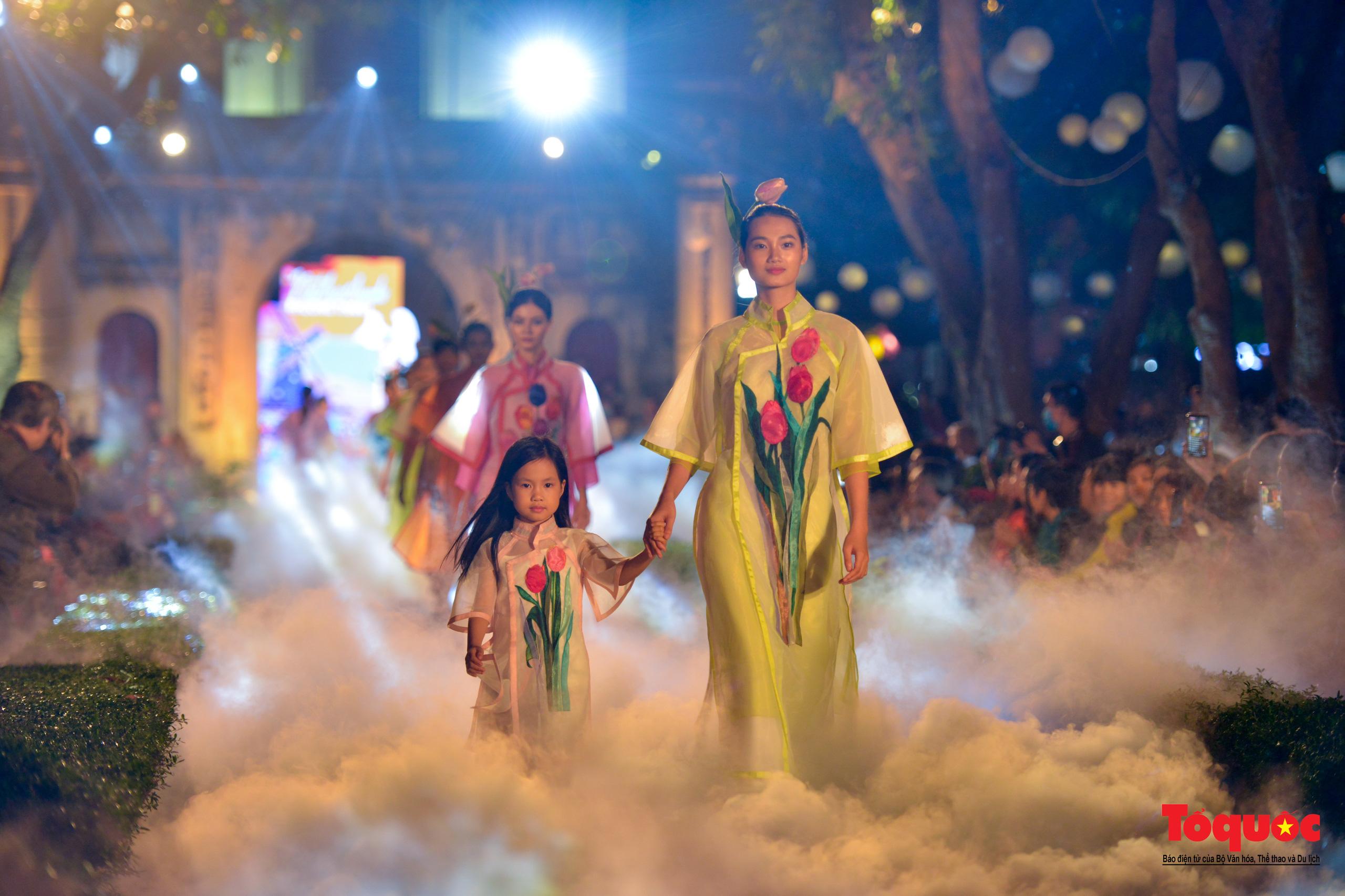 Áo dài truyền thống Việt Nam tỏa sáng tại Văn Miếu Quốc Tử Giám - Ảnh 24.
