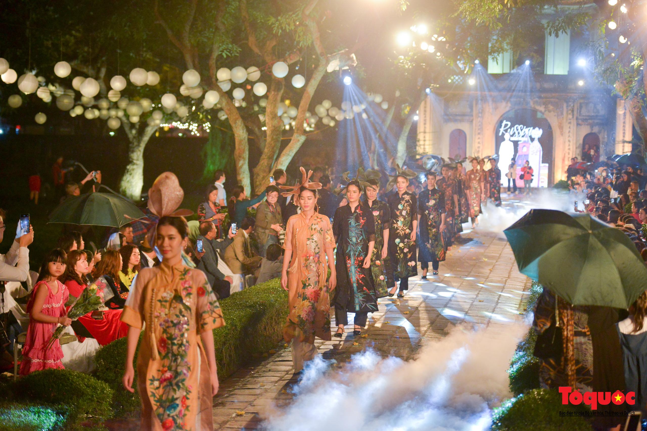 Áo dài truyền thống Việt Nam tỏa sáng tại Văn Miếu Quốc Tử Giám - Ảnh 26.