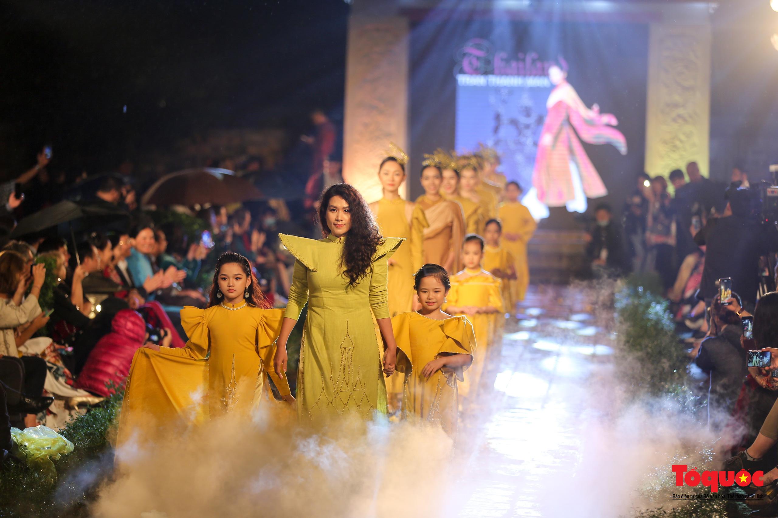 Áo dài truyền thống Việt Nam tỏa sáng tại Văn Miếu Quốc Tử Giám - Ảnh 16.