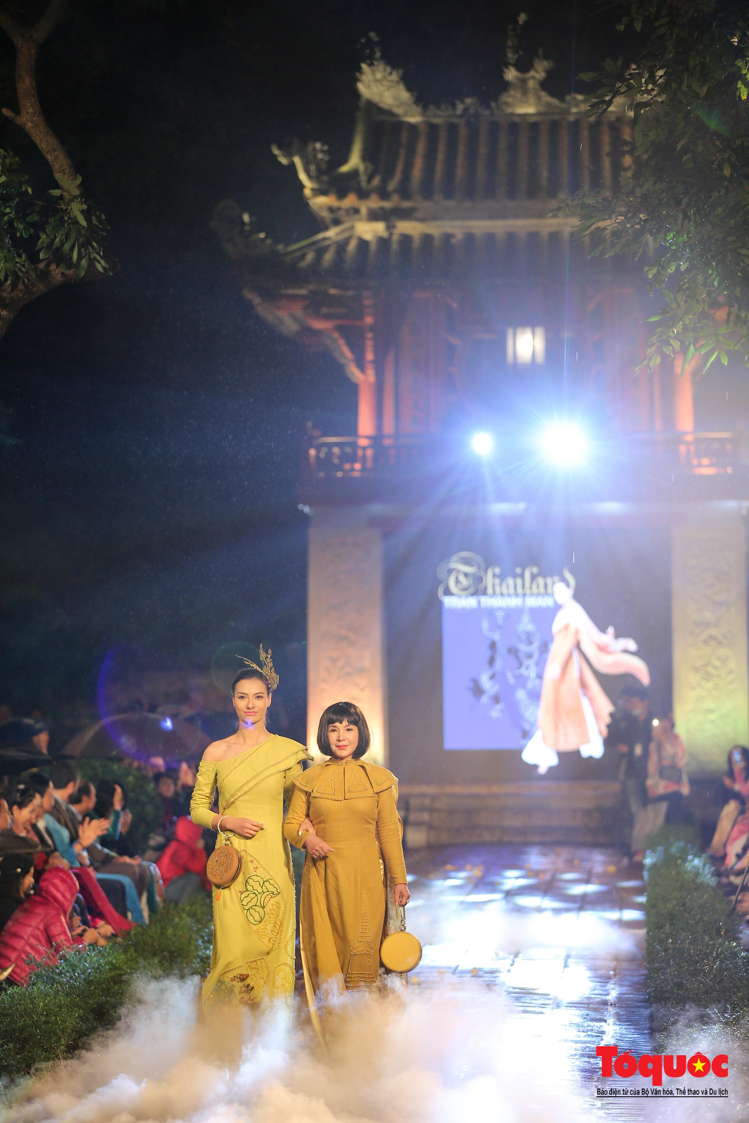 Áo dài truyền thống Việt Nam tỏa sáng tại Văn Miếu Quốc Tử Giám - Ảnh 17.