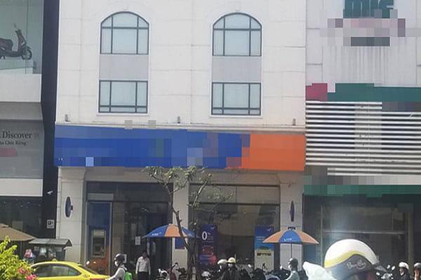 Nhân viên ngân hàng bị tố cáo chiếm dụng tiền vay vốn của khách hàng - Ảnh 1.