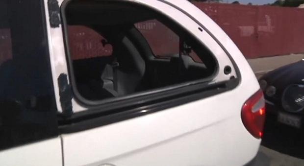 Đến bảo tài xế ô tô đỗ ở lối vào lái sang chỗ khác, người đàn ông nhìn thấy đứa trẻ, lúc sau liền gọi cảnh sát 003