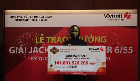 Trúng Vietlott, nam nhân viên văn phòng nộp ngân sách, ủng hộ hoạt động an sinh xã hội gần 19 tỷ đồng - Ảnh 2.