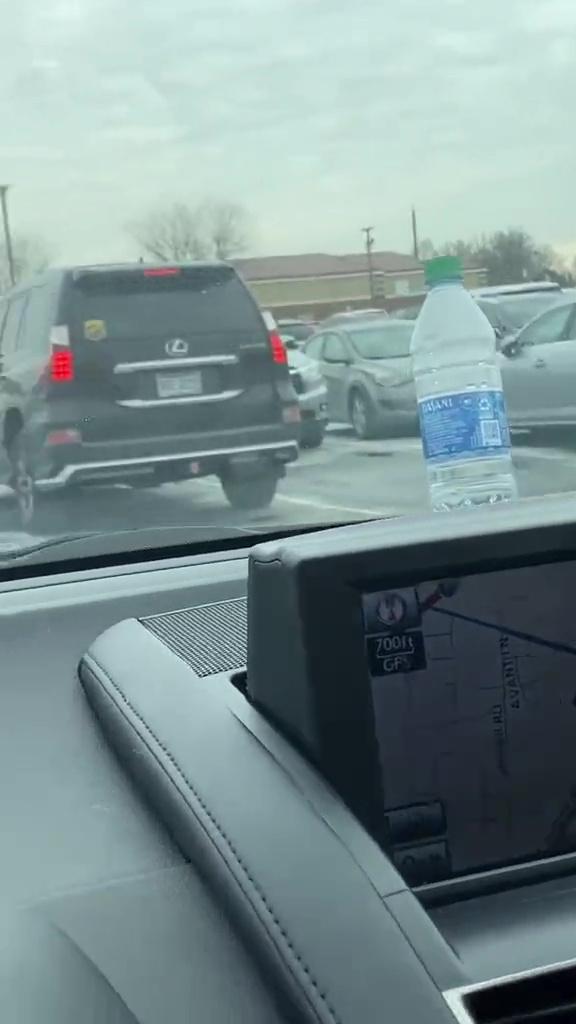Người phụ nữ thấy 2 chiếc ô tô có sợi dây cột ở tay nắm cửa liền bỏ chạy, lời giải thích ai nghe cũng rùng mình 005