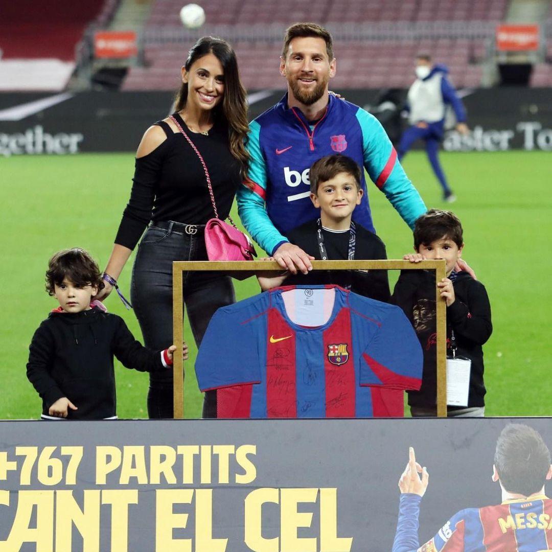 Động thái của vợ yêu Messi khiến fan Barca mừng húm 002