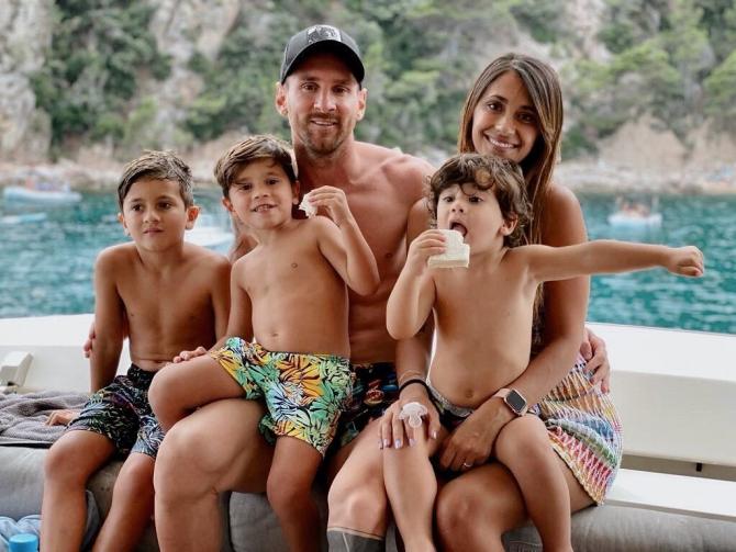 Động thái của vợ yêu Messi khiến fan Barca mừng húm 001