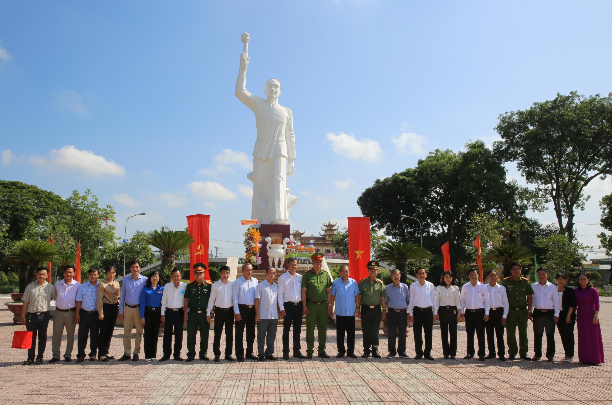 Phó Thủ tướng Thường trực thắp hương tại Khu Di tích lịch sử Cách mạng tỉnh Long An - Ảnh 4.