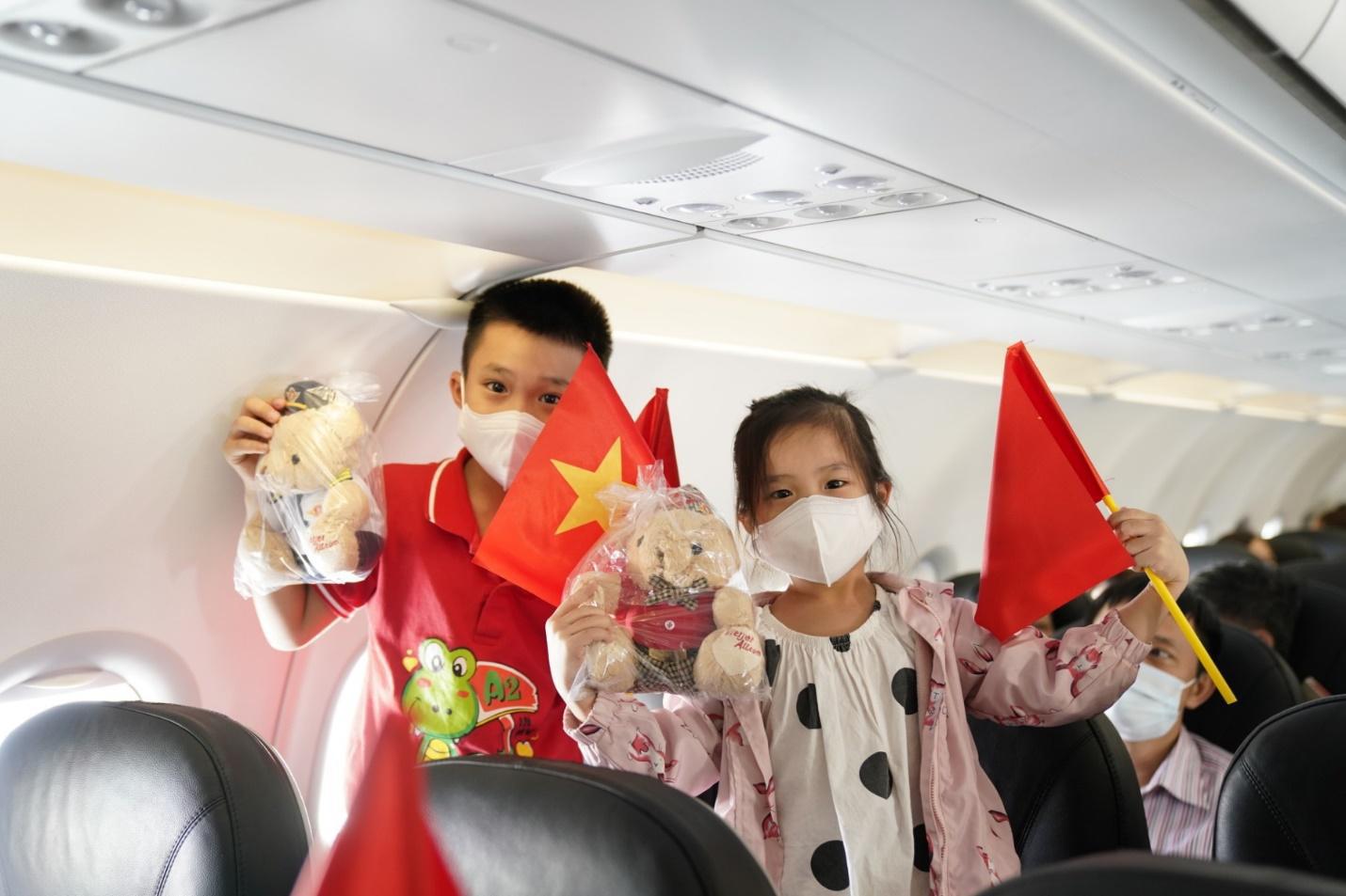 Hành trình đặc biệt mừng ngày Thống nhất đất nước 30/4 trên tàu bay Vietjet - Ảnh 4.