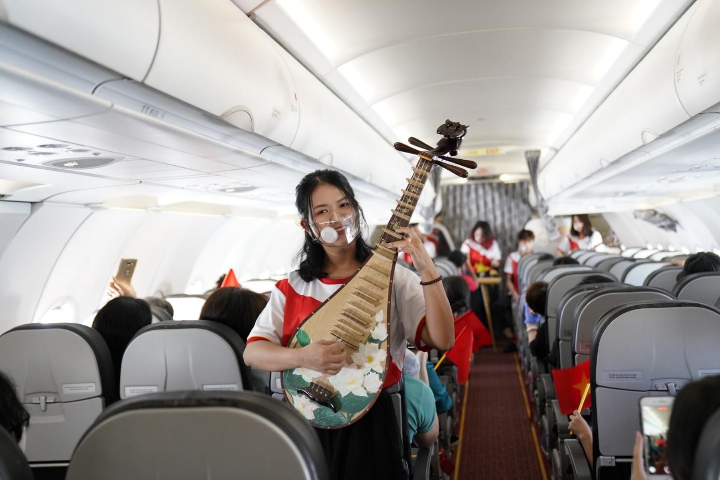 Hành trình đặc biệt mừng ngày Thống nhất đất nước 30/4 trên tàu bay Vietjet - Ảnh 1.