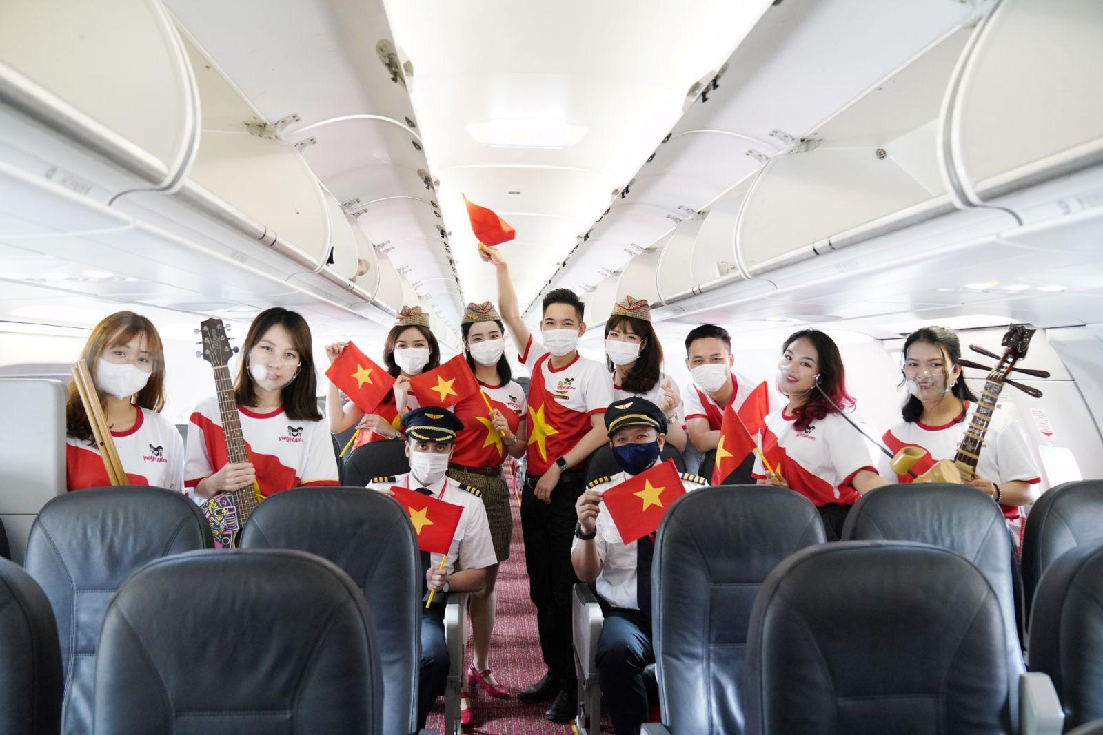 Hành trình đặc biệt mừng ngày Thống nhất đất nước 30/4 trên tàu bay Vietjet - Ảnh 2.