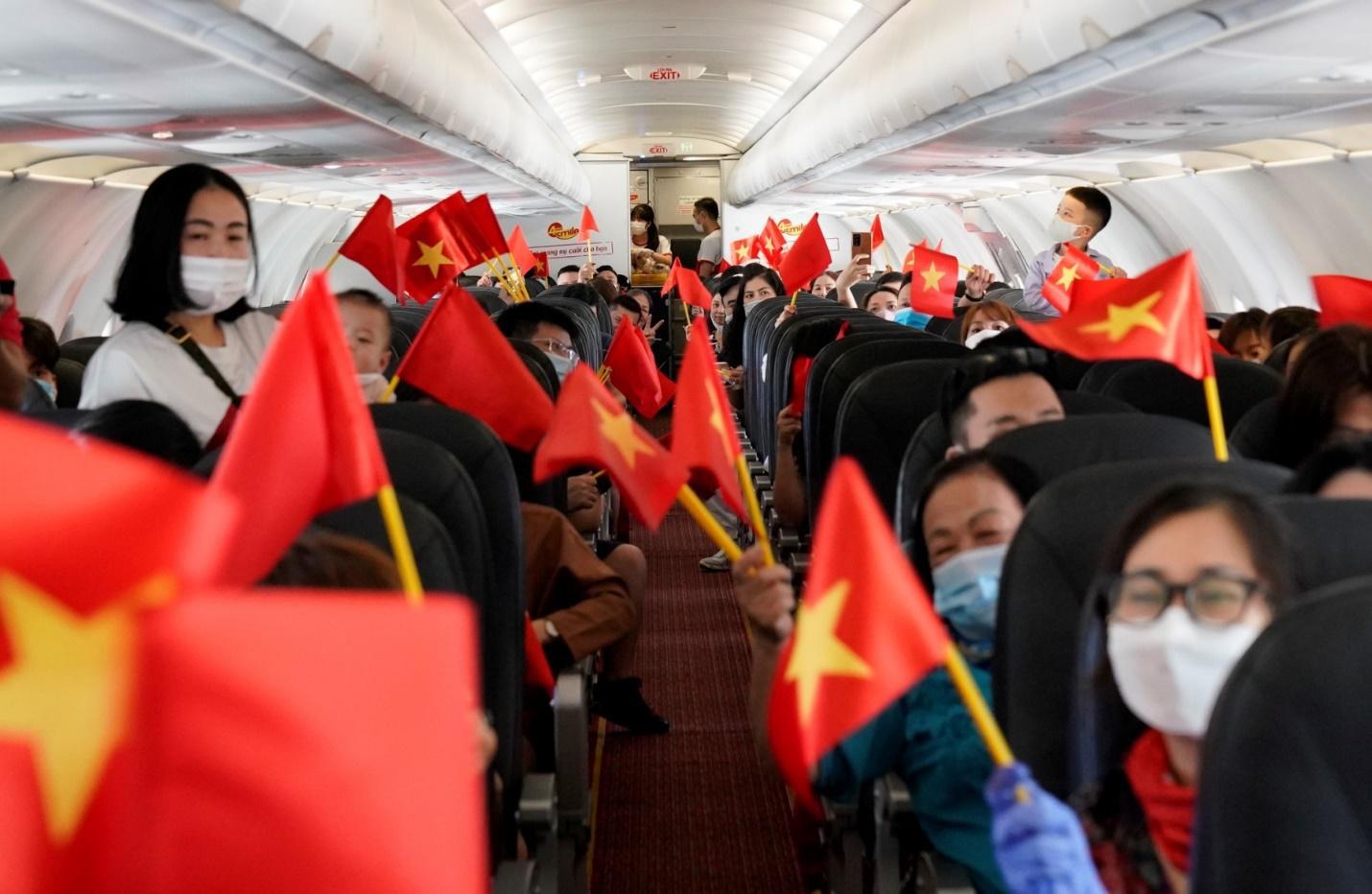 Hành trình đặc biệt mừng ngày Thống nhất đất nước 30/4 trên tàu bay Vietjet - Ảnh 3.