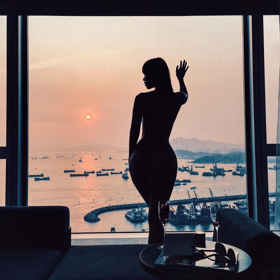 Hà Anh gây lú với khoảnh khắc trông như nude 100% ngay trước cửa kính, netizen nhìn mà hồi hộp thay cho người ở dưới - Ảnh 2.