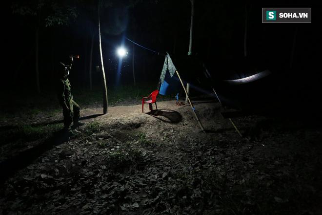 Bữa cơm ken đặc muỗi, kiến của các chiến sĩ chống dịch Covid-19 nơi biên cương - Ảnh 3.