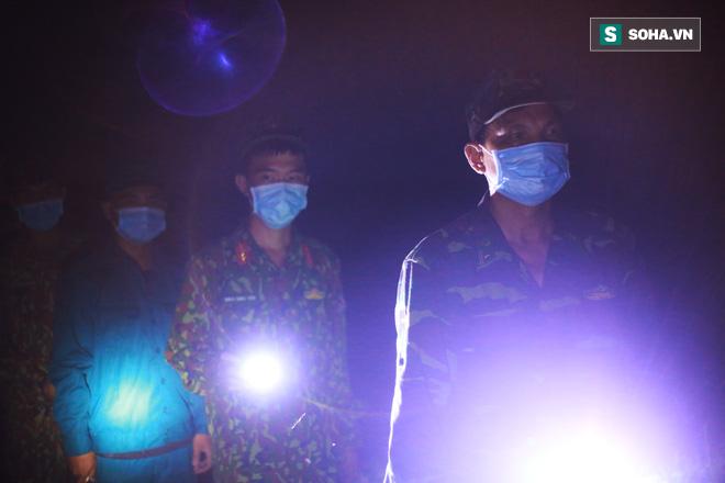Bữa cơm ken đặc muỗi, kiến của các chiến sĩ chống dịch Covid-19 nơi biên cương - Ảnh 4.