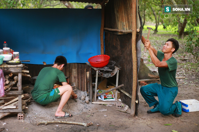 Bữa cơm ken đặc muỗi, kiến của các chiến sĩ chống dịch Covid-19 nơi biên cương - Ảnh 7.