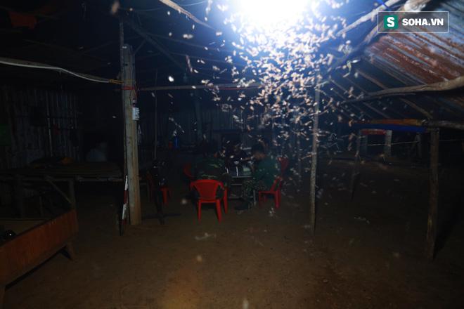 Bữa cơm ken đặc muỗi, kiến của các chiến sĩ chống dịch Covid-19 nơi biên cương - Ảnh 11.