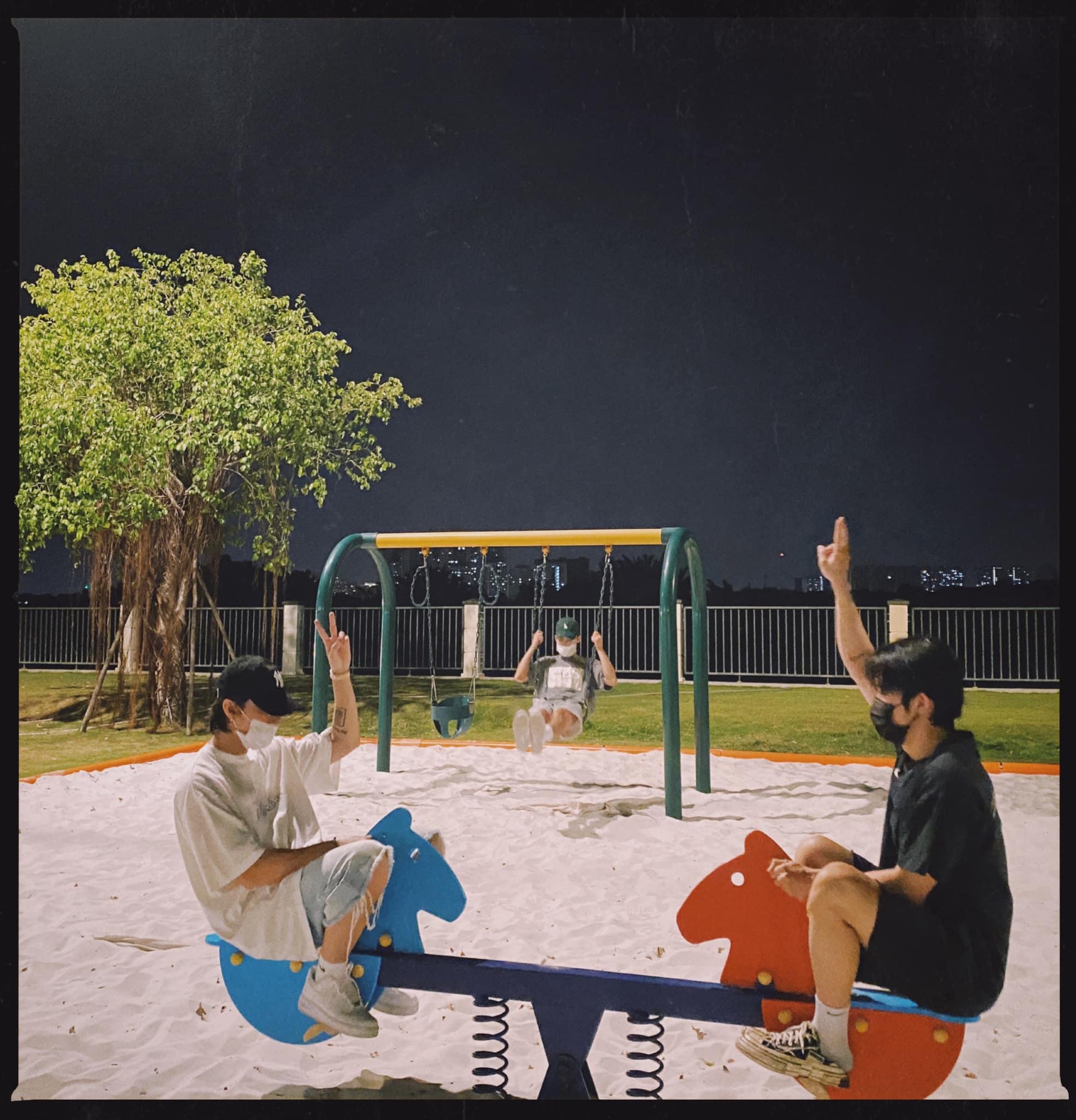 Sơn Tùng đi chơi 3 người với em trai và gà cưng Kay Trần ở công viên, 12h đêm dàn soái ca đăng ảnh che mặt mà cũng gây sốt - Ảnh 2.