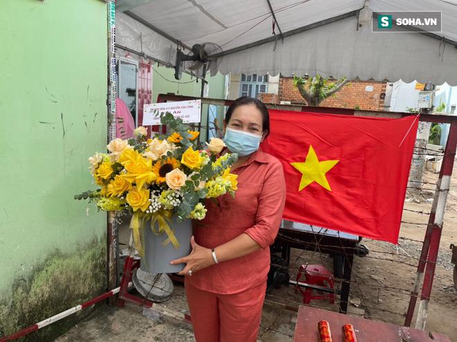 Gỡ phong tỏa hẻm trụ sở nhóm truyền giáo: Người dân đặt hoa ăn mừng, hát múa tưng bừng vui hơn Tết - Ảnh 2.