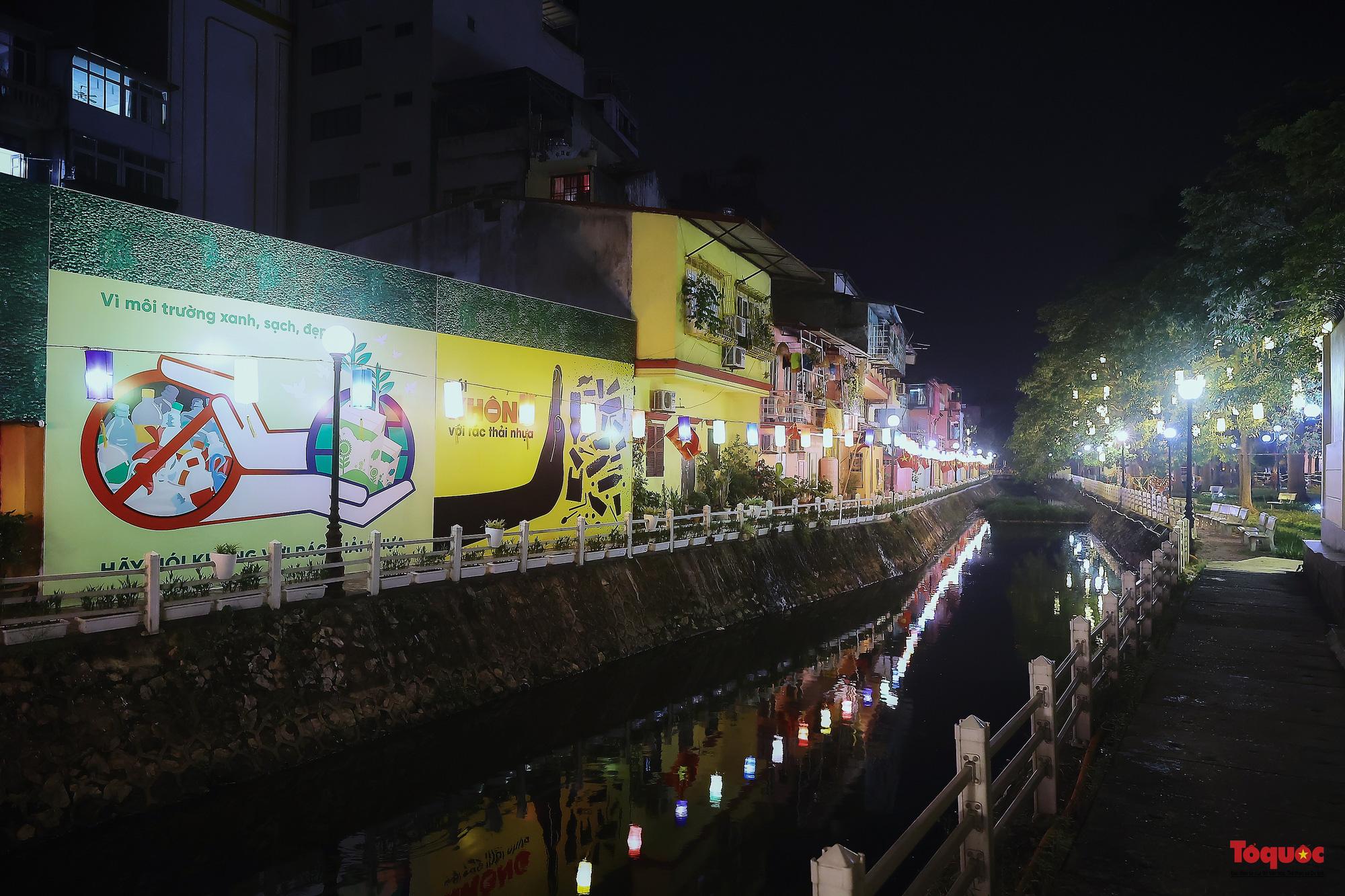 Tuyến đường ven hồ Trúc Bạch thay đổi diện mạo lung linh với đèn lồng và tranh bích họa phố cổ Hà Nội - Ảnh 15.
