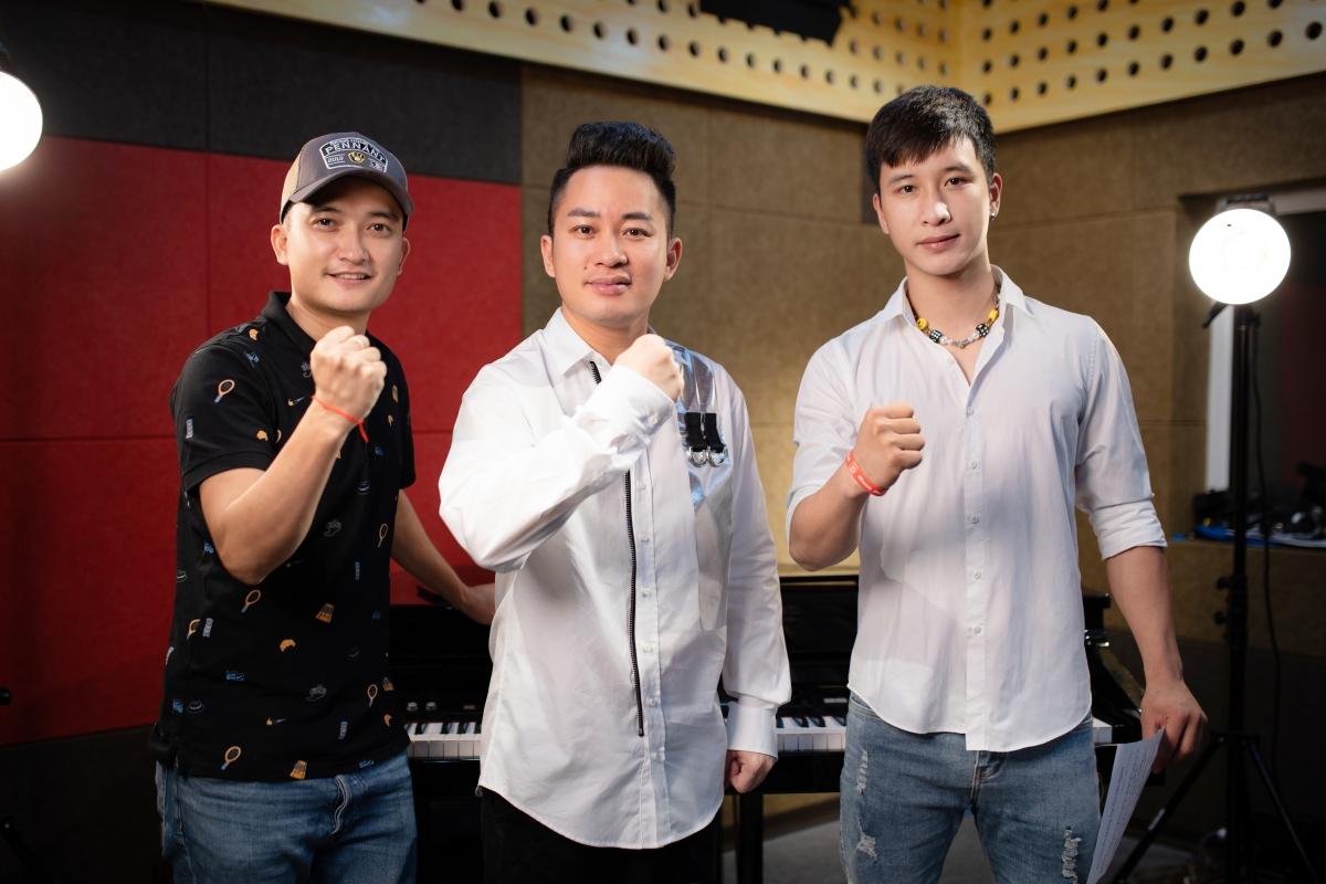 Tùng Dương cùng rapper Ram C hát tri ân các chiến sĩ áo trắng - Ảnh 2.