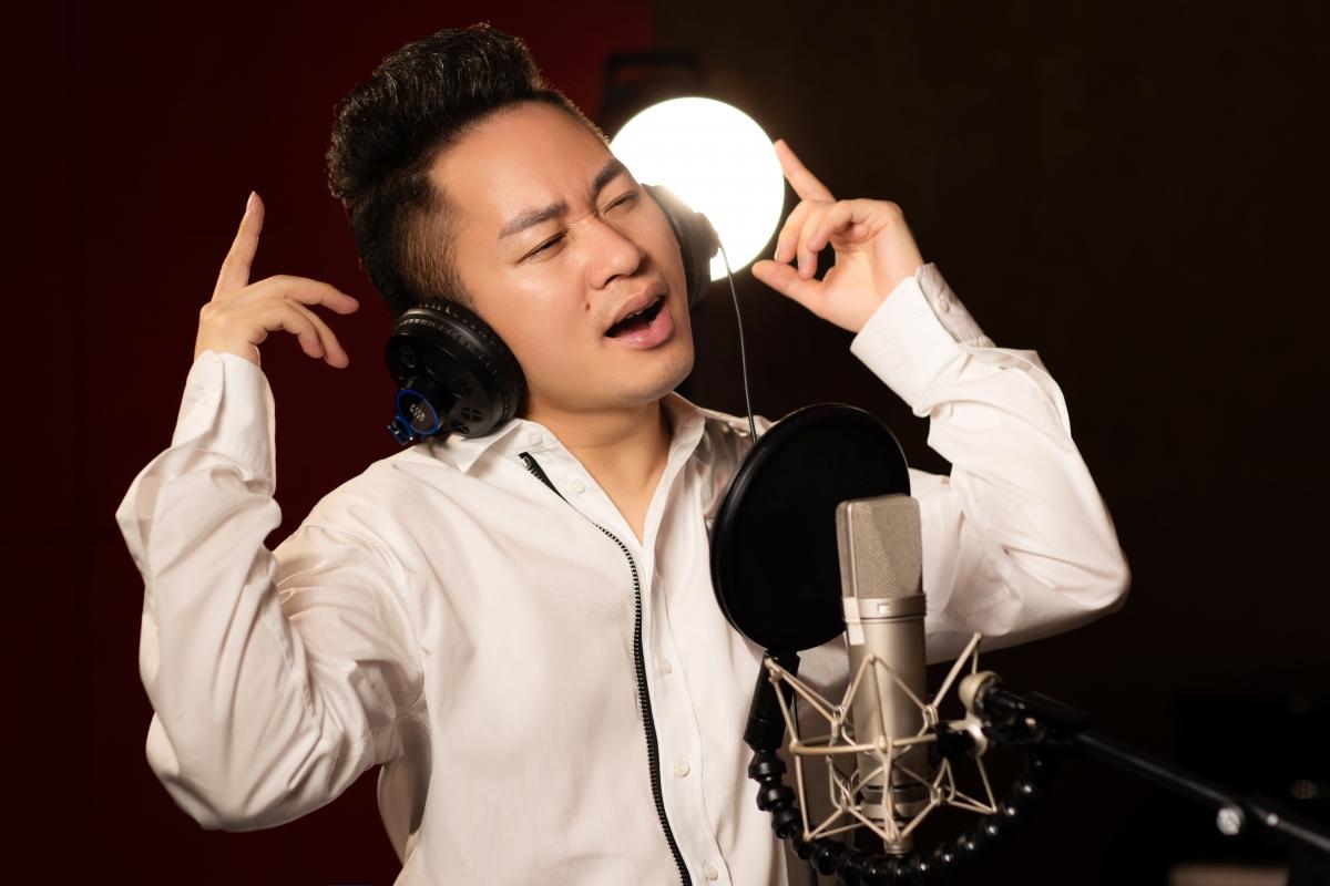 Tùng Dương cùng rapper Ram C hát tri ân các chiến sĩ áo trắng - Ảnh 1.