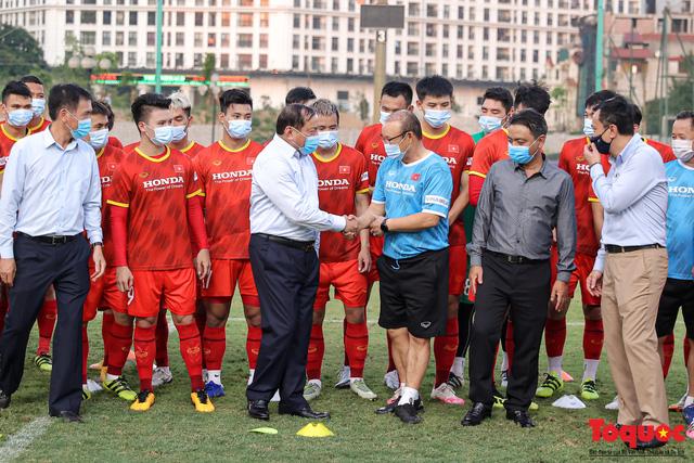 Bộ trưởng Nguyễn Văn Hùng chúc mừng thành tích xuất sắc của Đội tuyển bóng đá nam quốc gia tại Vòng 2 loại World Cup  - Ảnh 1.
