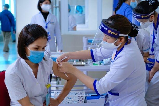 Khẩn trương thực hiện kế hoạch tiêm chủng gần 1 triệu người ở TP.HCM - Ảnh 1.