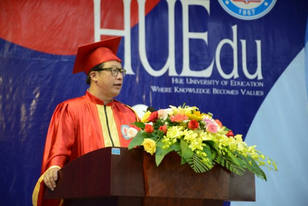 Sinh viên sư phạm tại Huế lần đầu dự lễ tốt nghiệp trực tuyến do dịch Covid-19 - Ảnh 1.