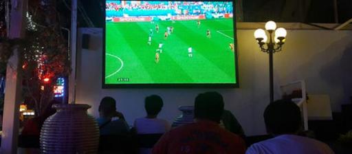 Bộ Y tế yêu cầu người dân không tụ tập đông người xem bóng đá  - Ảnh 1.
