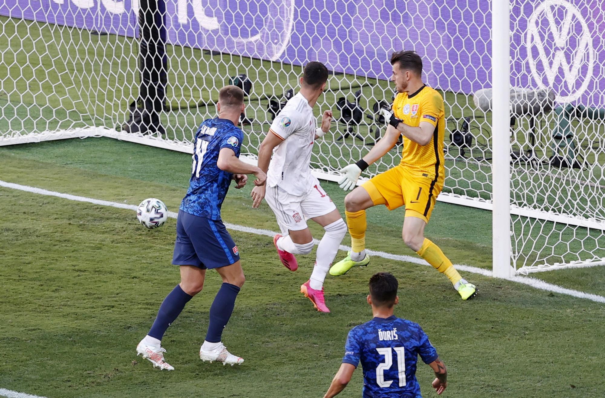 """Nhìn lại 11 tình huống """"đốt lưới nhà"""" của các cầu thủ tại Euro 2020 - Ảnh 5."""