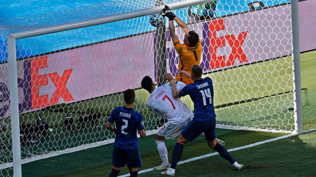 """Nhìn lại 11 tình huống """"đốt lưới nhà"""" của các cầu thủ tại Euro 2020 - Ảnh 4."""