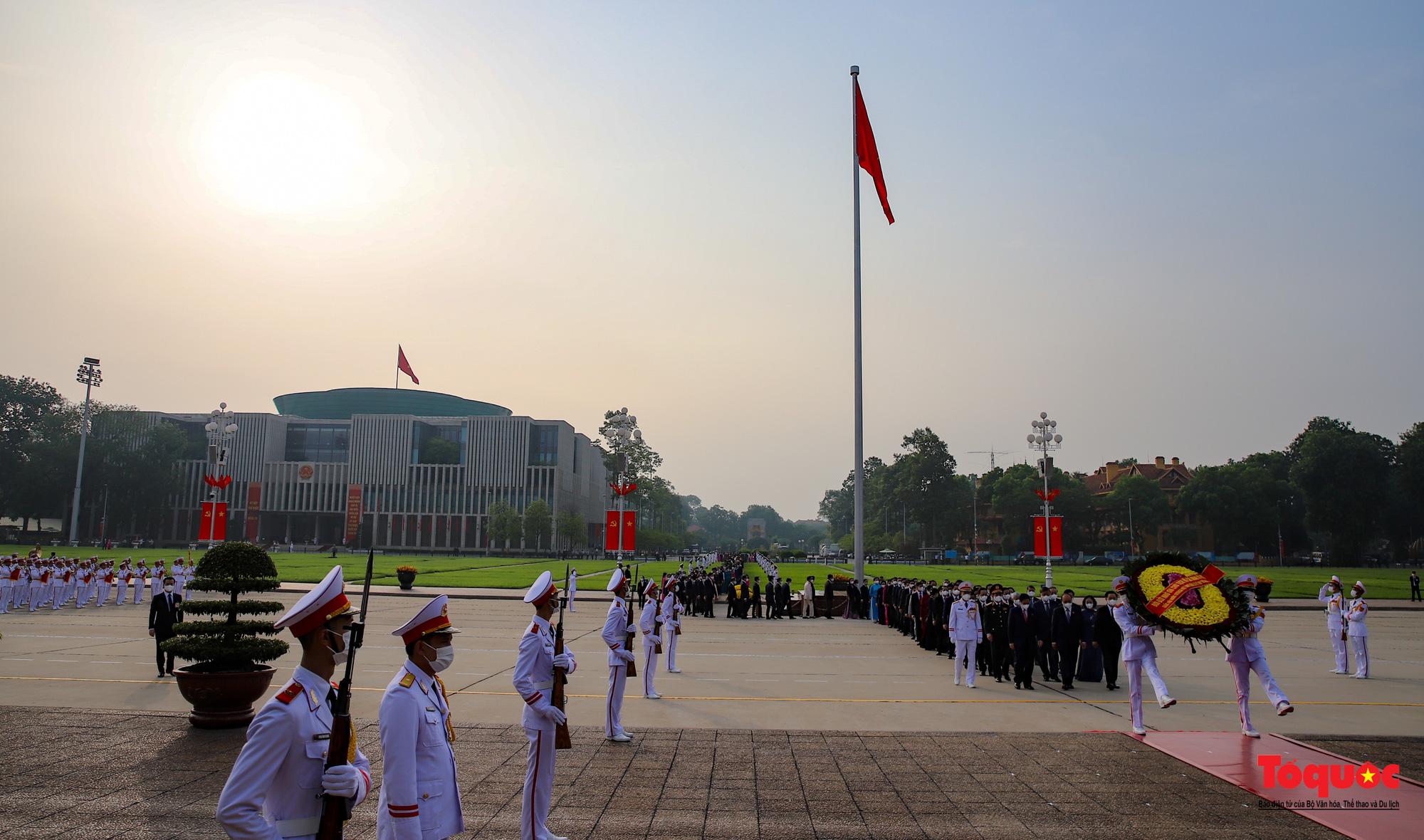 Lãnh đạo Đảng, Nhà nước và các đại biểu Quốc hội khóa XV vào Lăng viếng Chủ tịch Hồ Chí Minh - Ảnh 2.