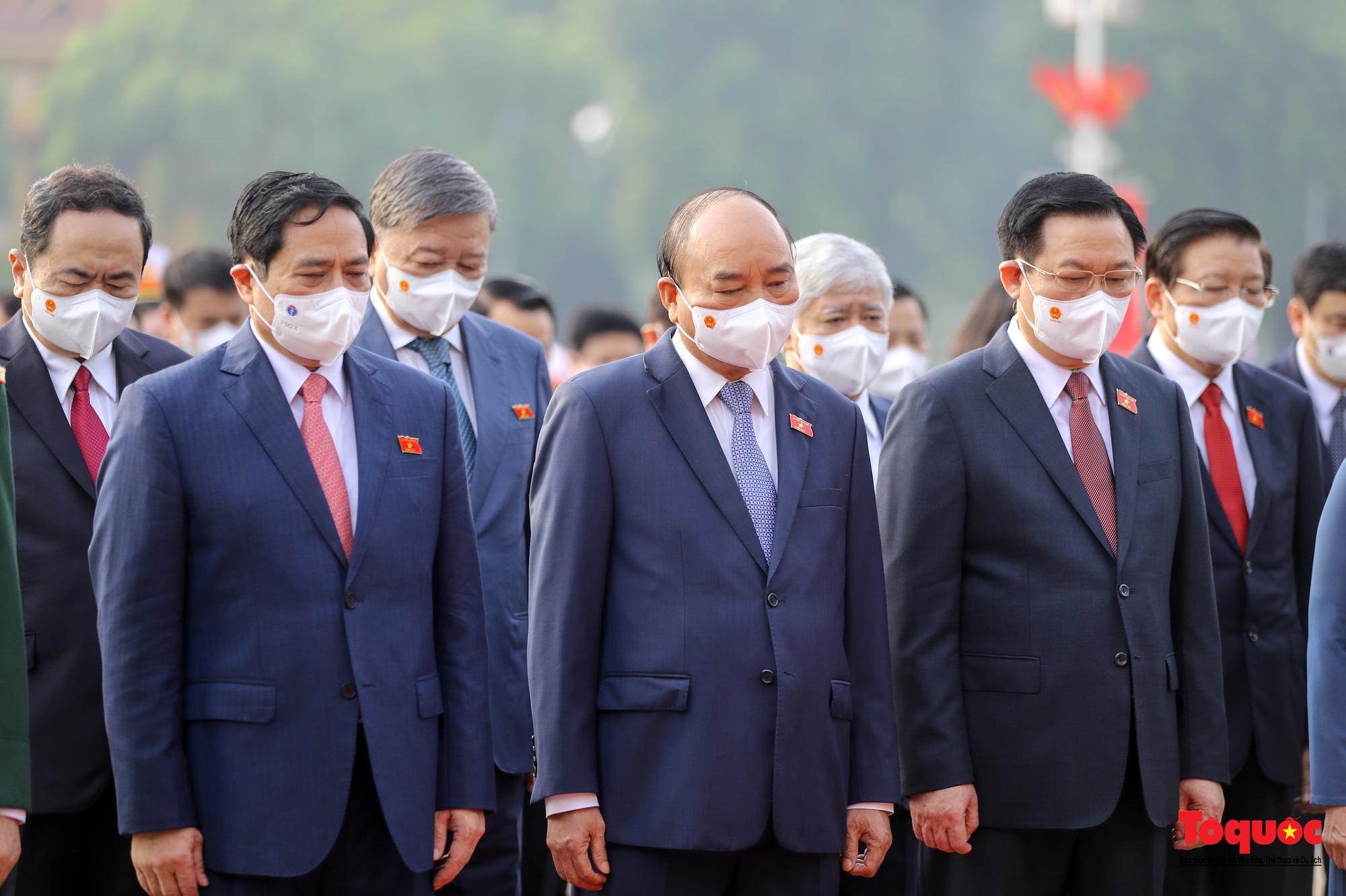 Lãnh đạo Đảng, Nhà nước và các đại biểu Quốc hội khóa XV vào Lăng viếng Chủ tịch Hồ Chí Minh - Ảnh 6.