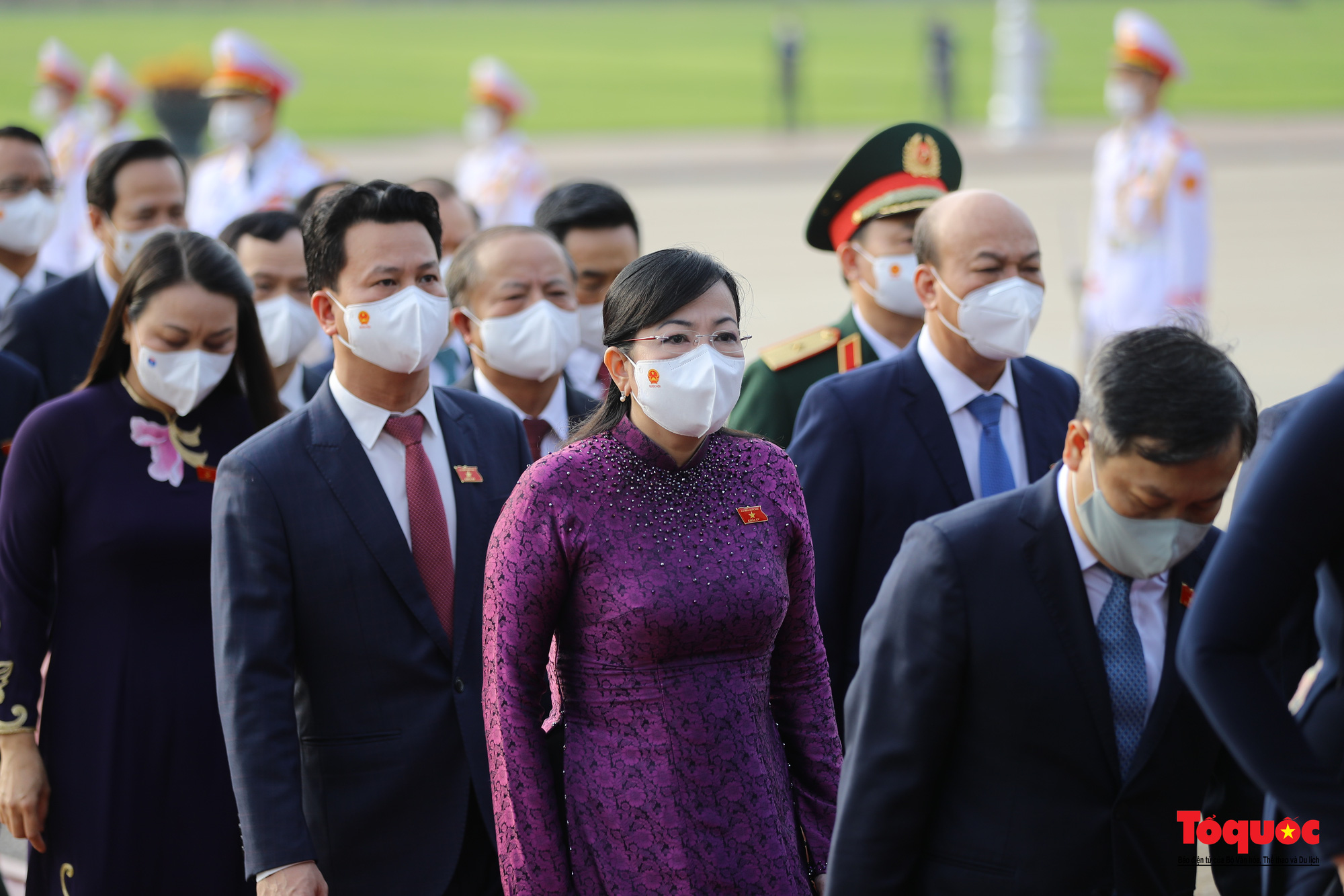 Lãnh đạo Đảng, Nhà nước và các đại biểu Quốc hội khóa XV vào Lăng viếng Chủ tịch Hồ Chí Minh - Ảnh 9.