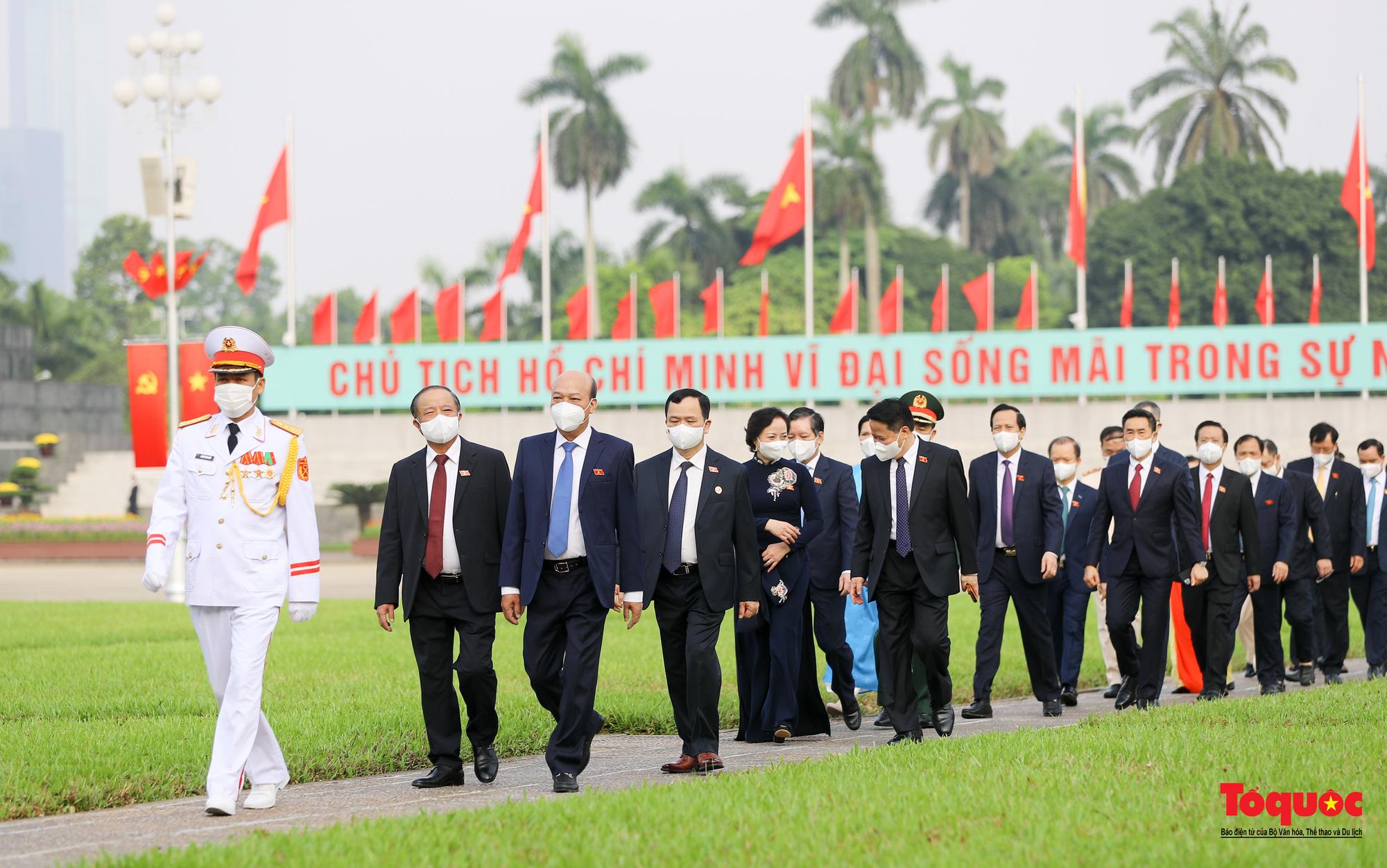 Lãnh đạo Đảng, Nhà nước và các đại biểu Quốc hội khóa XV vào Lăng viếng Chủ tịch Hồ Chí Minh - Ảnh 11.